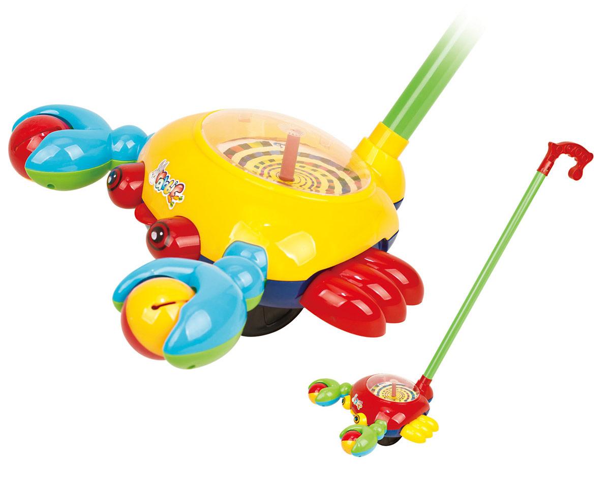 Ami&Co Игрушка-каталка Рак44423Каталка забавный маленький рак. Ребенок катает игрушку по полу - рак будто оживает: его клешни двигаются, задорно гремя (рак держит 2 шарика с гремящими элементами, которые пересыпаются при движении), задорно высовывает язык. При катании игрушка издает звук колокольчика. Палка (сборная) вставляется в игрушку. Детская складная каталка предназначена для малышей, которые уже начали ходить самостоятельно. Яркие, забавные образы принесут радость и веселье во время игр. Гремящие, шуршащие элементы развлекут вашего малыша. Модель поможет развить координацию движения, тактильные навыки и мелкую моторику рук ребенка, а издаваемые ею звуки активно стимулируют его слух.