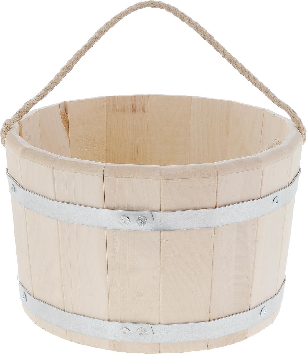 Ведро для бани и сауны Proffi Sauna, 10 лPS0012Ведро Proffi Sauna выполнено из натуральной березы с двумя металлическими обручами и оснащено ручкой из джута. Такое ведро является просто незаменимым банным атрибутом. Эксплуатация бондарных изделий. Перед первым использованием бондарное изделие рекомендуется подготовить. Для этого нужно наполнить изделие холодной водой и оставить наполненным на 2-3 часа. Затем необходимо воду слить, обдать изделие сначала горячей, потом холодной водой. Не рекомендуется оставлять бондарные изделия около нагревательных приборов, а также под длительным воздействием прямых солнечных лучей. С момента начала использования бондарного изделия не рекомендуется оставлять его без воды на срок более 1 недели. Но и продолжительное время хранить в таких изделиях воду тоже не следует. После каждого использования необходимо вымыть и ошпарить изделие кипятком. В качестве моющих средств желательно использовать пищевую соду либо раствор горчичного порошка. Правильное обращение с...
