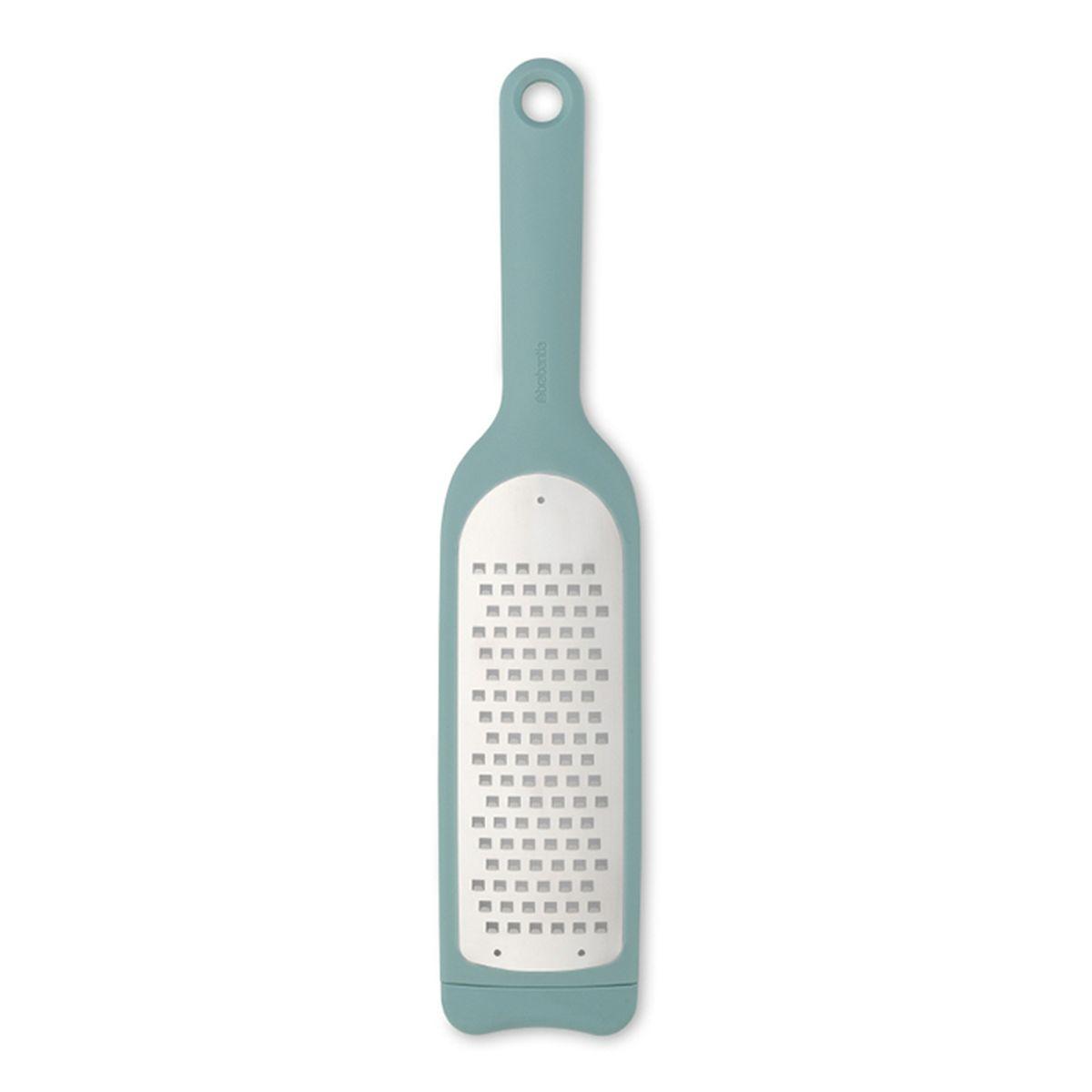 Терка Brabantia Tasty Colours110122Идеальная терка для шинковки капусты, измельчения мягких видов сыров, цуккини, картофеля, яблок, тыквы и т.п. Удобна в хранении – петелька для подвешивания; Длинная ручка позволяет прочно удерживать изделие во время использования; Легко моется – можно мыть в посудомоечной машине; Прочная - изготовлена из нержавеющей стали с остро наточенными зубцами; Повышенная устойчивость – нескользящее основание; Благодаря специальным прорезям на задней поверхности терка надежно удерживается в миске или сковороде; Повышенная безопасность – прозрачный защитный футляр; Гарантия 5 лет.