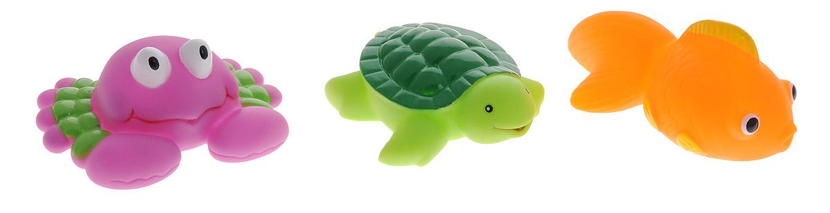 Жирафики Набор игрушек для ванной Морской мир 3 шт68179С набором игрушек для ванной Жирафики Морской мир принимать водные процедуры станет еще веселее и приятнее. Набор состоит из трех очаровательных игрушек - рыбки, черепахи и краба. Их размер удобен для маленьких детских ручек. Если сначала набрать воду в игрушки, а потом нажать на них, то из них брызнет тонкая струя воды, что, несомненно, развеселит вашего малыша. Набор доставит ребенку большое удовольствие и поможет преодолеть страх перед купанием. Игрушки для ванной способствуют развитию воображения, цветового восприятия, тактильных ощущений и мелкой моторики рук.