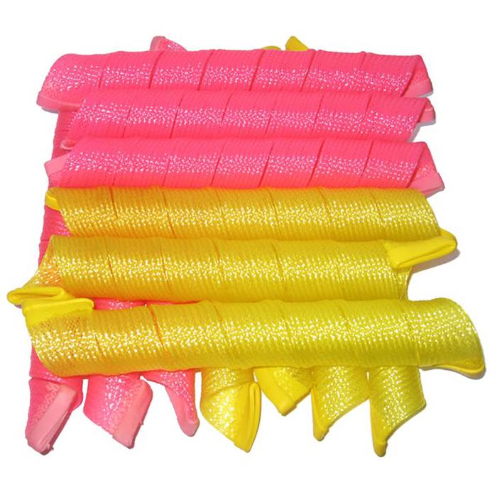 Curlformers Волшебные бигуди, 50 см, 18 штК5018 бигуди шириной 3см. и длиной 50 см. изготовлены из эластичных полимерных волокон высокой прочности. Они легко переносят многократное использование и нагревание до 100оС. При этом Curlformers мягкие: их можно оставить на ночь и спать на них, а утром получить красивые кудри без заломов. При снятии бигуди волосы не путаются и не распрямляются, а остаются такими же тугими фактурными спиральками, какими они были при сушке. Характеристики: Длина: 50 см Ширина локона: 3,2 см Диаметр завитка: 2,8 см Количество: 18 шт. Крючок: двойной Упаковка: подарочная коробка