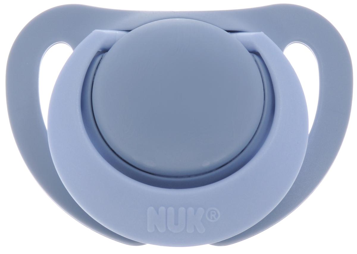NUK Пустышка силиконовая ортодонтическая Genius от 0 до 2 месяцев цвет серо-голубой10.729.146_серыйПустышка силиконовая NUK Genius предназначена для недоношенных и маловесных новорожденных от 0 до 2 месяцев. Пустышка снабжена скошенной силиконовой соской и традиционным ограничителем с кольцом. Силикон - прочный гипоаллергенный материал, который не вступает в химическую реакцию со слюной, хорошо стерилизуется, не теряет форму и не впитывает запахи. Воздушный клапан впускает воздух, благодаря чему пустышка остается мягкой и не деформируется. Ортодонтическая пустышка способствует правильному физиологическому развитию ротовой полости, а также правильному развитию неба, языка и зубов малыша. Пустышка имитирует сосок матери в момент кормления грудью, поэтому оптимально подходит по форме для ротовой полости младенца. Пустышка удовлетворяет естественный сосательный рефлекс и тренирует мышцы губ, языка и челюсти, что играет важную роль в развитие речевых навыков и навыков приема пищи.