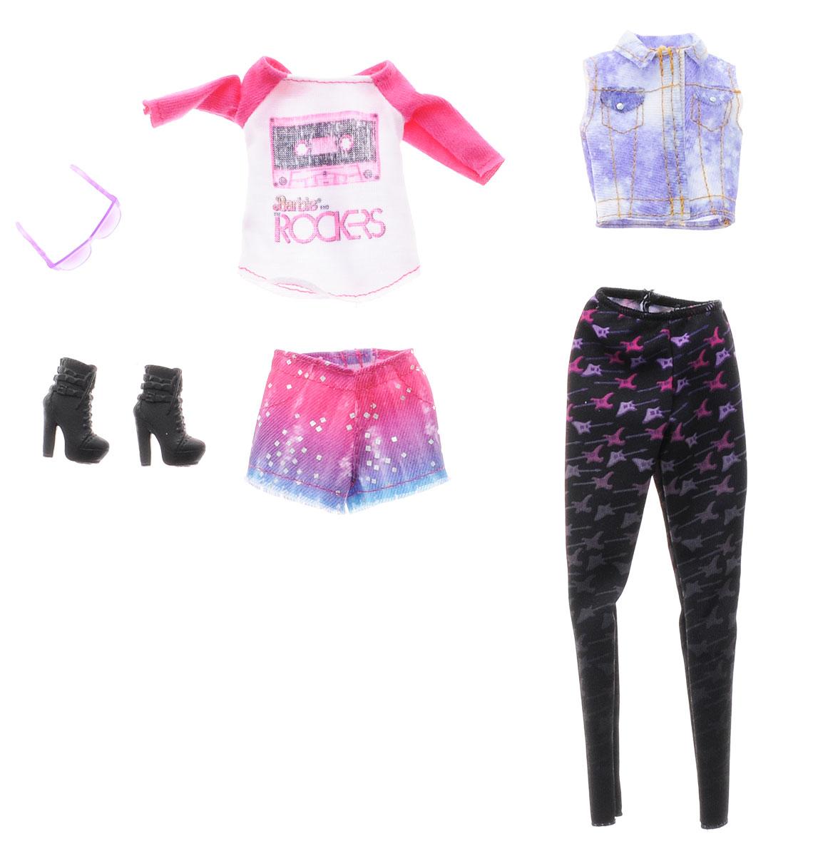 Barbie Набор одежды для кукол CFY06_DMF56CFY06_DMF56Каждый день новый очаровательный наряд - это возможно с набором модной одежды для кукол Барби. Два модных наряда в одной упаковке - это двойное удовольствие! Бело-розовая модная кофточка и короткие шорты с блестками - лучший наряд для похода в клуб или на дискотеку. Второй комплект состоит из трикотажных брюк черного цвета и бело-сиреневого жилета. Набор включает в себя стильные черные полусапожки на высоких каблуках и оригинальные солнечные очки сиреневого цвета. Комбинируйте эти комплекты с другими нарядами, чтобы расширить гардероб своих модниц. В процессе игры любая девочка с удовольствием будет наряжать куклу в новую одежду. Если собрать всю коллекцию одежды для куклы Барби, то можно будет подобрать наряды для самых разных сюжетов! Одежда подходит для большинства кукол Барби. Куклы продаются отдельно.