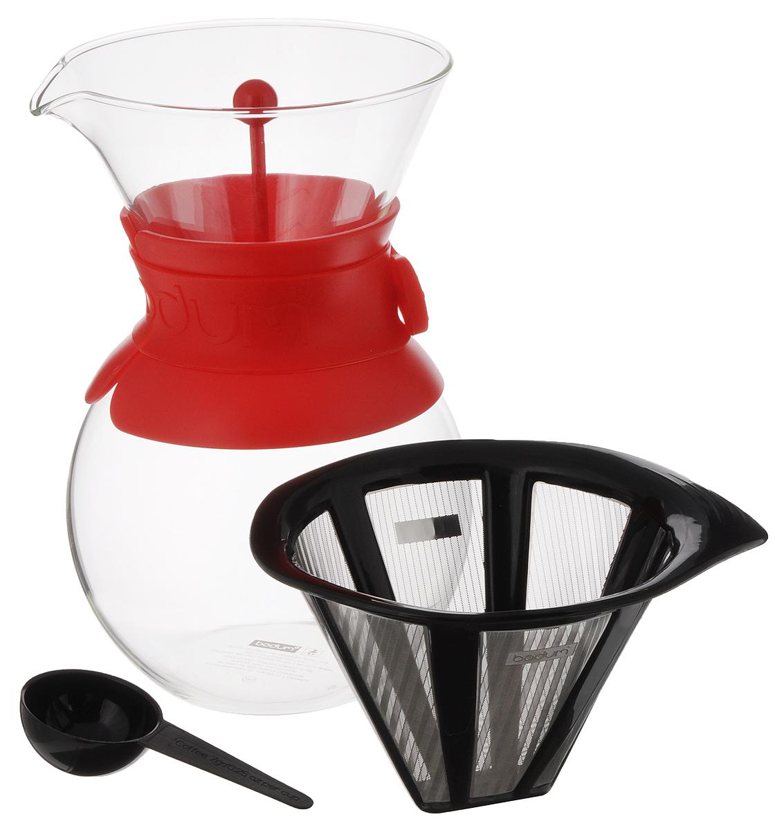 Кофейник Bodum Pour Over, с фильтром и мерной ложкой, цвет: прозрачный, красный, 1 л11571-294Кофейник с фильтром Bodum Pour Over предназначен для заваривания кофе. Изделие изготовлено из боросиликатного термостойкого стекла, снабжено специальной пластиковой вставкой с силиконовым ремешком, чтобы не обжечь руки. Фильтр выполнен из пластика с сеткой из коррозионностойкой стали. Кофейник очень прост в использовании. Заполните воронку молотым кофе, предназначенным для приготовления капельным способом. Медленно вливайте горячую воду, дайте воде просочиться сквозь кофе, готовый кофе будет капать в емкость. В комплекте предусмотрена специальная мерная ложечка на 7 грамм кофе. Диаметр емкости (по верхнему краю): 12 см. Высота емкости (без учета крышки): 21 см. Размер фильтра: 17 х 13,5 х 10 см. Длина ложки: 10 см.
