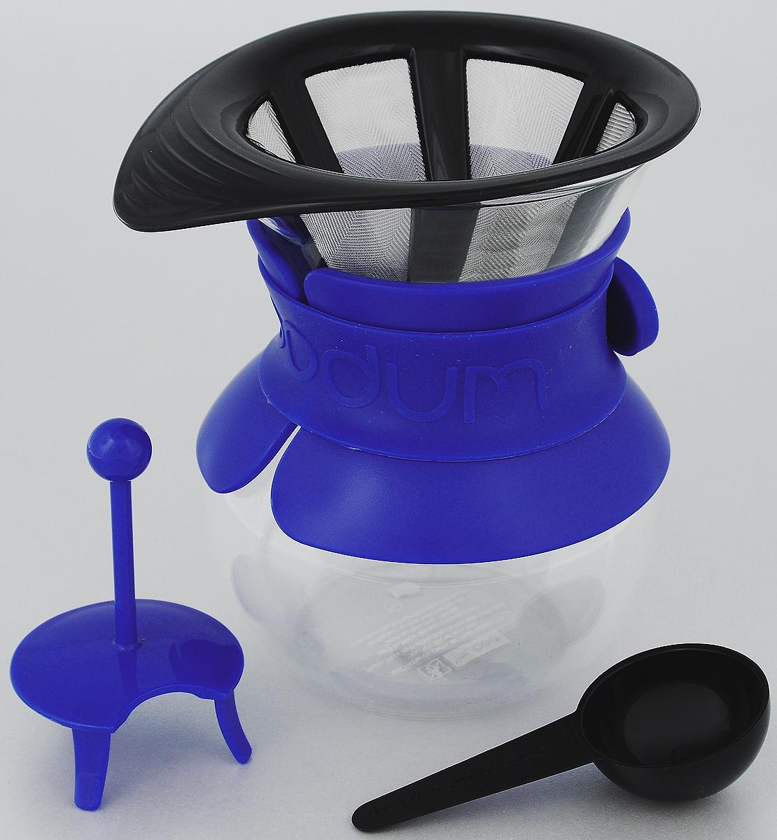 Кофейник Bodum Pour Over, с фильтром, цвет: прозрачный, синий, 0,5 лA11592-528-Y15Кофейник с фильтром Bodum Pour Over предназначен для заваривания кофе. Он гарантирует великолепный, богатый вкус и стойкий аромат при одновременном сохранении натуральных эфирных масел молотого кофе. Кофейник изготовлен из боросиликатного термостойкого стекла, снабжен специальной пластиковой вставкой с силиконовым ремешком, чтобы не обжечь руки. Фильтр выполнен из пластика с сеткой из коррозионностойкой стали. Кофейник очень прост в использовании. Заполните воронку молотым кофе, предназначенным для приготовления капельным способом. Медленно вливайте горячую воду, дайте воде просочиться сквозь кофе, готовый кофе будет капать в емкость. В комплекте предусмотрена специальная мерная ложечка на 7 грамм кофе. Диаметр емкости (по верхнему краю): 10 см. Высота емкости (без учета крышки): 14 см. Размер фильтра: 14 х 11,5 х 7 см. Длина ложки: 10 см.