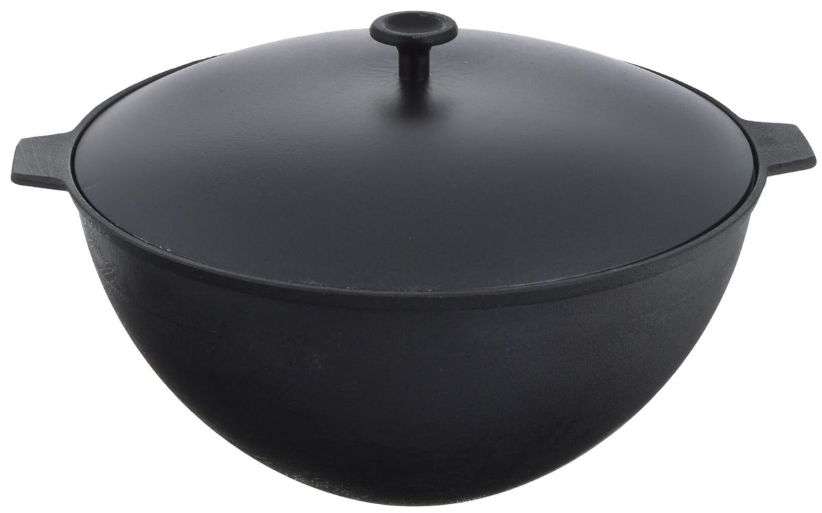 Казан чугунныйДобрыня, с крышкой, 7 л. DO-3306DO-3306Казаном принято называть большую кастрюлю из чугуна с толстыми стенками и выпуклым овальным дном. В казане можно приготовить много самых разнообразнейших блюд восточной кухни, но, наверное, самое известное и распространенное блюдо, которое приготавливается в казане, это любимый многими плов. Чугунный казан хорош тем, что блюда в нем никогда не пригорают. Чугун при нагревании обеспечивает лучшее распределение тепла, даже при сравнении с современными материалами. И это его качество позволяет приготовить вкусные блюда отменного качества. Еще одной важной особенностью чугунного казана является то, что его толстые стенки позволяют приготовленному блюду долго оставаться теплым. Можно использовать как на природе (снабжен съемной ручкой-дужкой), так и в домашних условиях (для всех видов плит). Диаметр казана по верхнему краю: 30 см. Длина (вместе с ручками): 36,5 см.