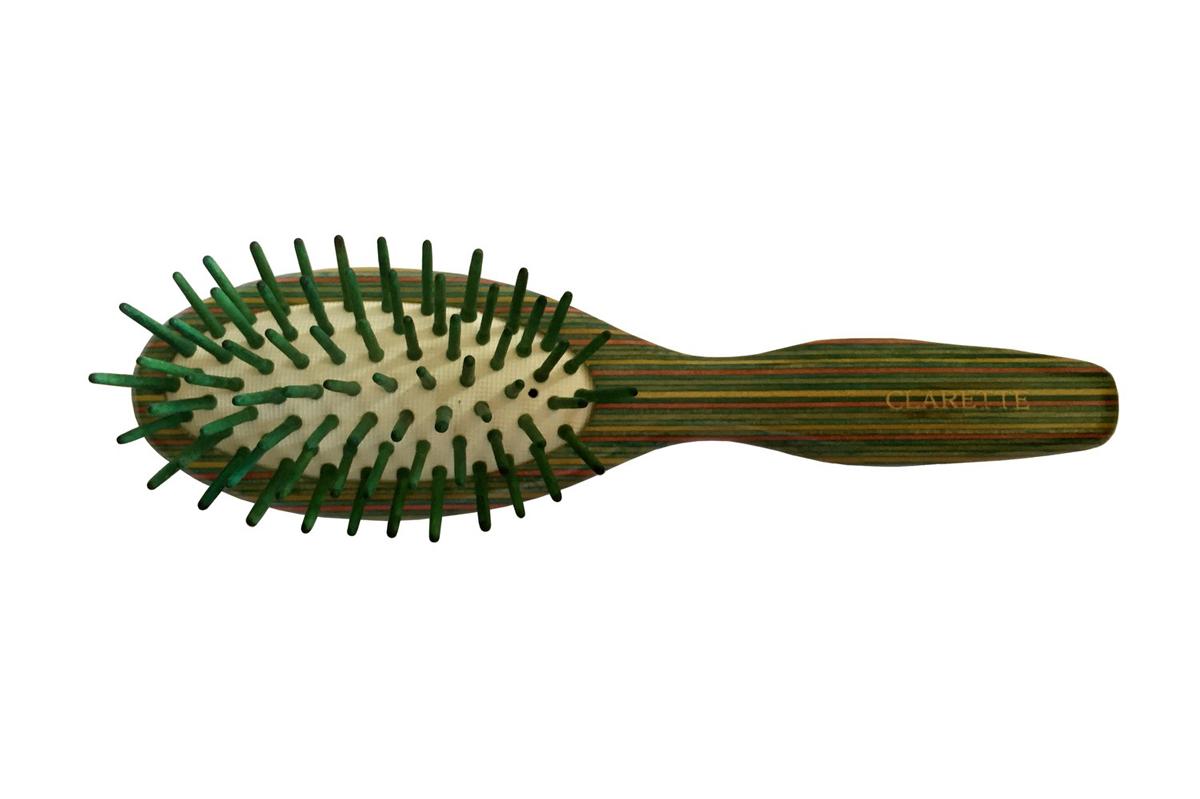 Clarette Щетка для волос массажная на подушке малая, цвет: зеленыйCTB 544Clarette представляет эксклюзивную коллекцию инструментов по уходу за волосами из натурального дерева. Коллекция Clarette Цветное дерево-это расчески и щетки для волос из натурального дерева. Коллекция выполнена в оригинальной радужной цветовой гамме по специальной технологии. Окрашенная в различные цвета, основа щетки, как бы повторяет структуру натурального дерева в срезе. Это делает коллекцию яркой и неповторимой. Щетка с натуральными, деревянными зубьями бережно ухаживает за волосами, не повреждая их структуру. Компактный размер щетки делает ее удобной в дороге. Легко помещается в дамской сумочке