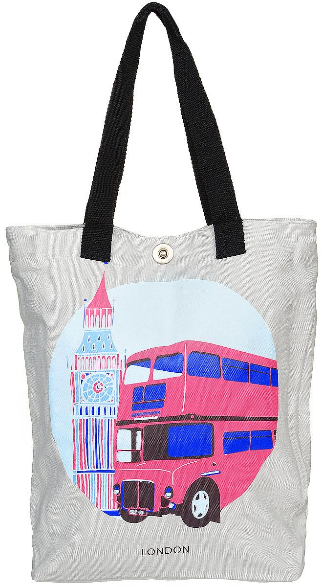 Сумка женская Kawaii Factory Лондон, цвет: серый. KW106-000054KW106-000054Тема городов мирового значения остается актуальной уже многие года. Теперь в ряде принтов столиц появился Лондон. Погода в Лондоне славится своей туманностью и дождливостью. Фон города кажется серым с первого взгляда, что явно отражается на основном цвете сумки, но яркие здания и архитектура - четкий штрих, который преображает общий вид столицы Великобритании, и принт сумки подчеркивает эту особенность! Сумка Лондон от Kawaii Factory - незаменимый аксессуар для прогулок по любимому городу и шоппинга. Стильная тканевая сумка изготовлена прочного, легкого материала, ухаживать за которым легко - он моется водой и чистится. Высота ручек позволяет с одинаковым комфортом и удобством носить ее на плече и сгибе руки. Внутреннее отделение данной женской сумки оснащено двумя открытыми карманами для телефона, ключей, блокнота, документов и одного кармана на застежке-молнии. Сбоку спрятан дополнительный карман на молнии. Изделие застегивается на удобную застежку-кнопку. ...