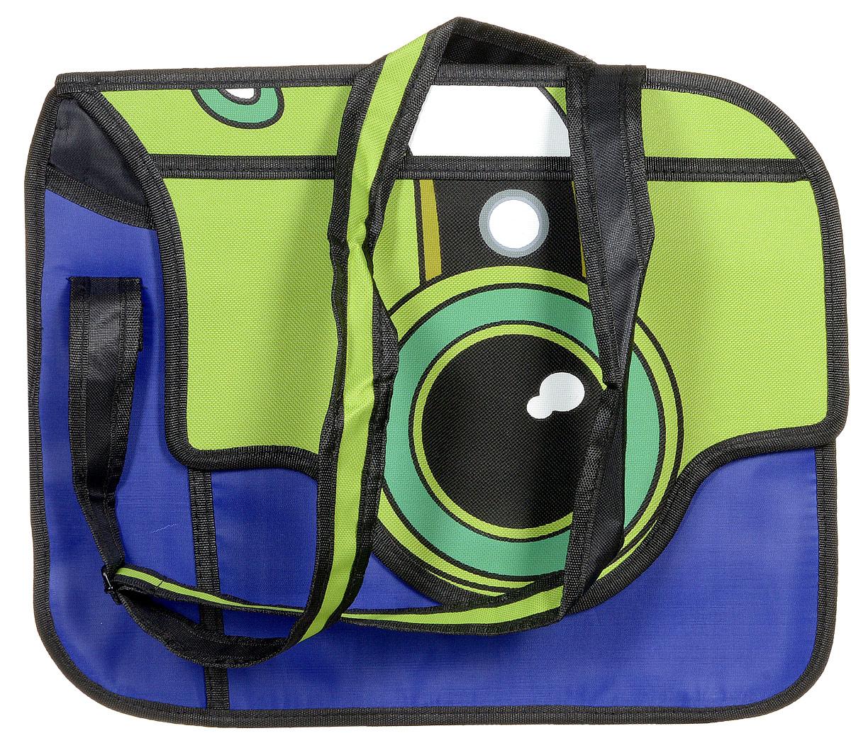 Сумка 3D Kawaii Factory Фотоаппарат, цвет: сине-зеленый. KW100-000122KW100-000122Позвольте себе поозорничать, появившись на улице с мультяшной сумкой Фотоаппарат от Kawaii Factory. Эта забавная сумка точно привлечет к вам взгляды окружающих, а вам она обеспечит прекрасное настроение в любую непогоду. Ведь ее сине-зеленая расцветка так напоминает яркие сочные краски лета. А объектив фотоаппарата навевает мысль о фантастических путешествиях в загадочные страны, где точно найдется, что пофотографировать. 3D сумка в виде фотоаппарата очень вместительная. В ней легко спрячутся все столь нужные мелочи, без которых современная девушка не выйдет из дома. Да и настоящий фотоаппарат в нее можно положить без проблем. Эта сумочка не боится дождя и снега, так как выполнена из прекрасного качественного нейлона, не пропускающего влагу. Закрывается изделие клапаном на магнитную застежку, внутри имеется 2 отделения, а с тыльной стороны находится карман на молнии. Сумка 3D Фотоаппарат - это как раз то, что вам нужно, чтобы зарядиться позитивом и покорить...