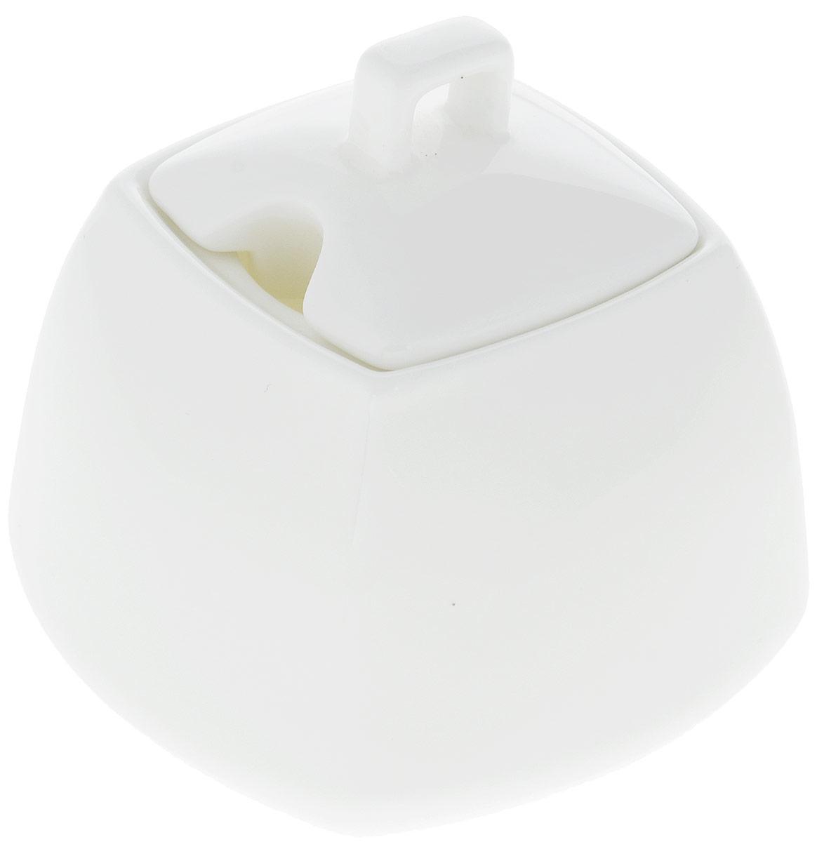 Сахарница Wilmax, 340 мл. WL-995026 / 1CWL-995026 / 1CСахарница Wilmax выполнена из высококачественного фарфора с глазурованным покрытием. Изделие имеет элегантную форму и может использоваться в качестве креманки. Сахарница Wilmax станет отличным дополнением к сервировке семейного стола и замечательным подарком для ваших родных и друзей. Можно мыть в посудомоечной машине и использовать в микроволновой печи. Размер (по верхнему краю): 5,5 х 5,5 см. Высота (без учета крышки): 7 см.