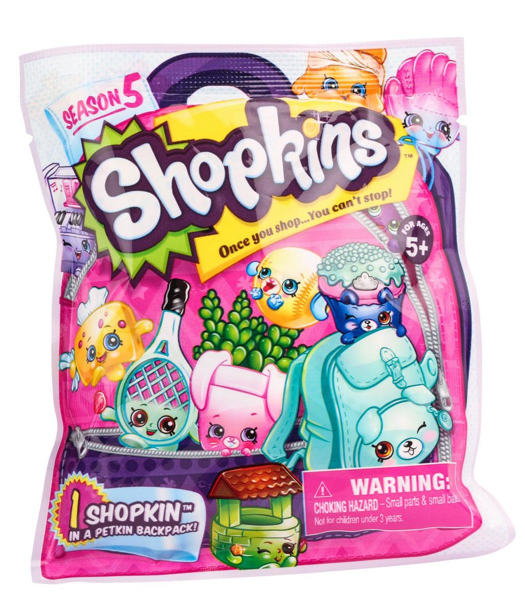 Shopkins Фигурка 5629056290Фольгированный пакетик с фигурками Shopkins - это настоящий сюрприз для каждой девочки-мечтательницы. Открыв яркую упаковку, на которой изображены знаменитые фигурки Shopkins, ваша малышка найдет одну из фигурок, рюкзачок и руководство коллекционера. Кто именно оказался в вашем пакетике, вам поможет разобраться руководство коллекционера, в котором подробно написано о каждом герое. Все фигурки коллекции выглядят очень жизнерадостными. Их добродушные мордашки с маленькими глазками и носиками, обязательно привлекут внимание ребенка. Игрушки настолько компактны, что всегда смогут составить компанию ребенку на прогулке или в любом путешествии.