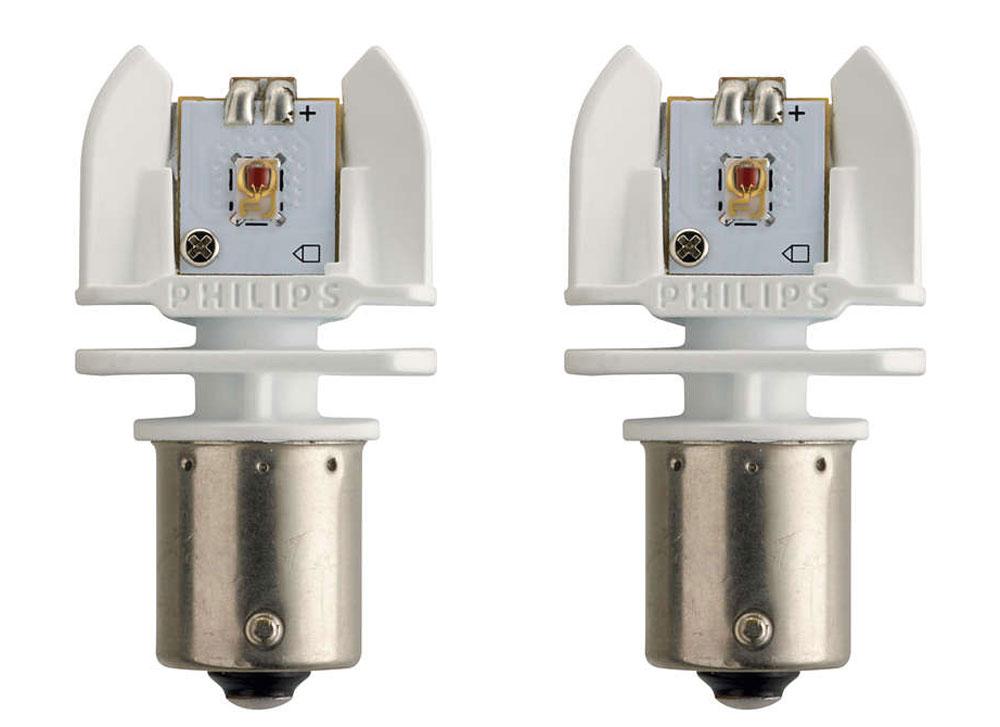 Лампа автомобильная светодиодная Philips X-tremeVision LED, сигнальная, цоколь P21W (BA15s), 12-24V, 2W, 2 шт12898RX2Автомобильная лампа Philips X-tremeVision LED для стоп-сигналов, указателей поворота и габаритных огней излучает яркий свет, обеспечивая максимальную видимость и безопасность на дороге. Лампа дает в 5 раз больше света по сравнению со стандартными лампами накаливания, высокомощные светодиоды обеспечивают яркое и точное освещение салона автомобиля, не ослепляя при этом водителя. Такие лампы обладают 12-летним сроком службы и характерны исключительной термостойкостью и устойчивостью к вибрациям.