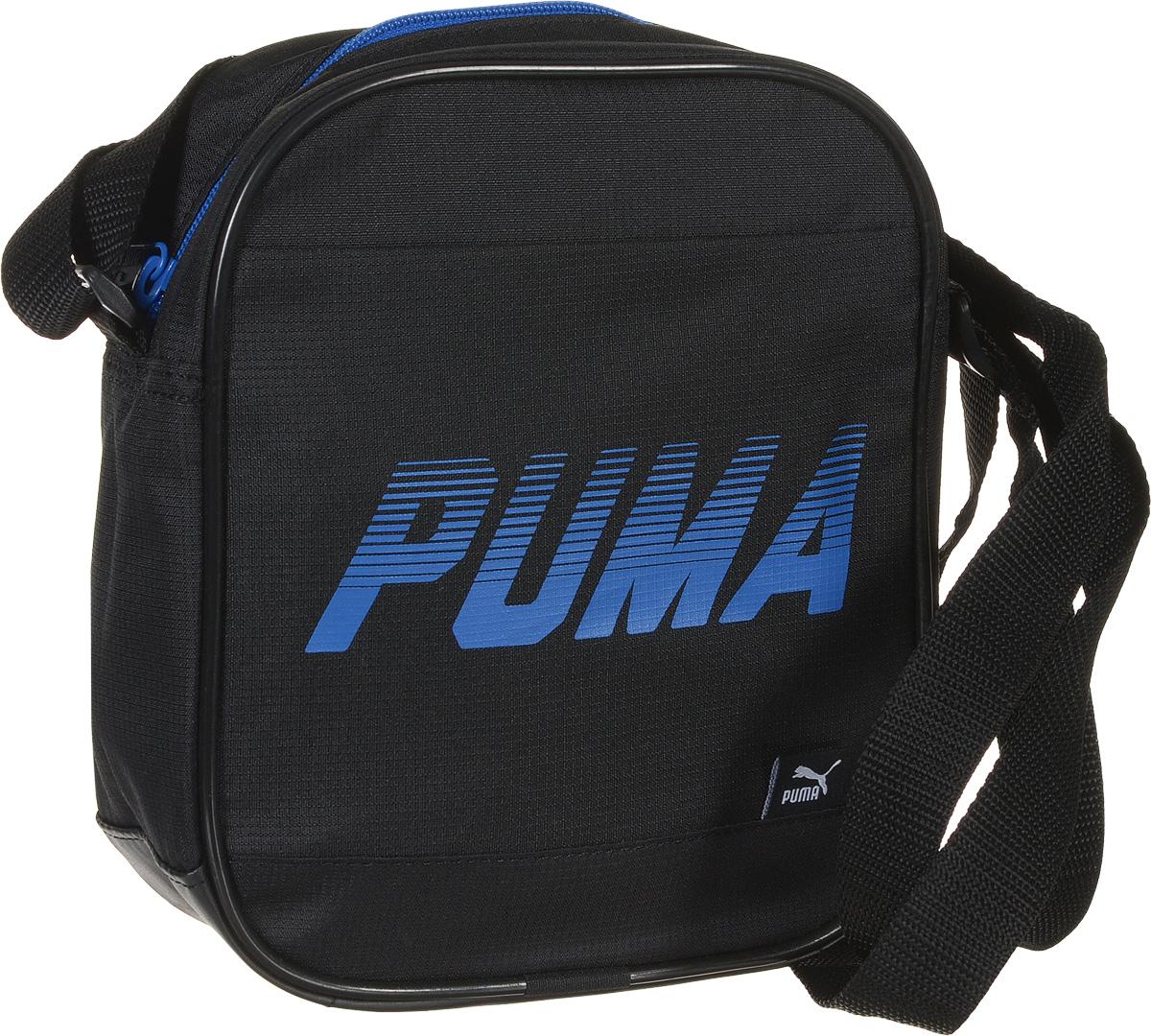Сумка на плечо Puma Sole Portable, цвет: черный. 0741550107415501Сумка на плечо для документов Sole Portable от спортивной марки Puma выполнена из текстиля. Модель декорирована надписью с названием бренда, цветными металлическими язычками застежек-молний с символикой Puma. Сумка имеет главное отделение на молнии и небольшой прорезной карман на молнии внутри, изделие оснащено функциональной подкладкой из полиэстера150D с изнанкой из полиуретана, а так же удобной лямкой через плечо регулируемой длины из лямочной ленты. Основанный в 1948 году бренд Puma стал выбором многих героев мирового спорта. Дизайн Puma сосредоточен на стиле и функциональности моделей, поэтому коллекции брендовой одежды и обуви сочетают современный стиль с инновационными спортивными технологиями