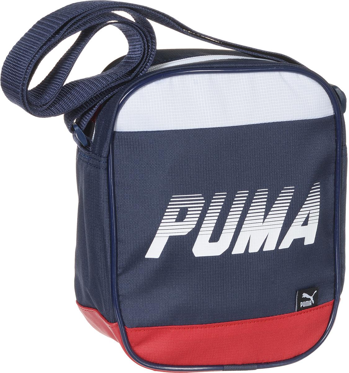 Сумка Puma Sole Portable, цвет: синий. 0741550207415502Сумка для документов Sole Portable от спортивной марки Puma выполнена из текстиля. Модель декорирована надписью с названием бренда, цветными металлическими язычками застежек-молний с символикой Puma и тканевым ярлыком с набивным логотипом PUMA. Сумка имеет главное отделение на молнии и небольшой прорезной карман на молнии внутри, изделие оснащено функциональной подкладкой из полиэстера150D с изнанкой из полиуретана, а так же удобной лямкой через плечо регулируемой длины из лямочной ленты с цветной пластиковой фурнитурой. Основанный в 1948 году бренд Puma стал выбором многих героев мирового спорта. Дизайн Puma сосредоточен на стиле и функциональности моделей, поэтому коллекции брендовой одежды и обуви сочетают современный стиль с инновационными спортивными технологиями