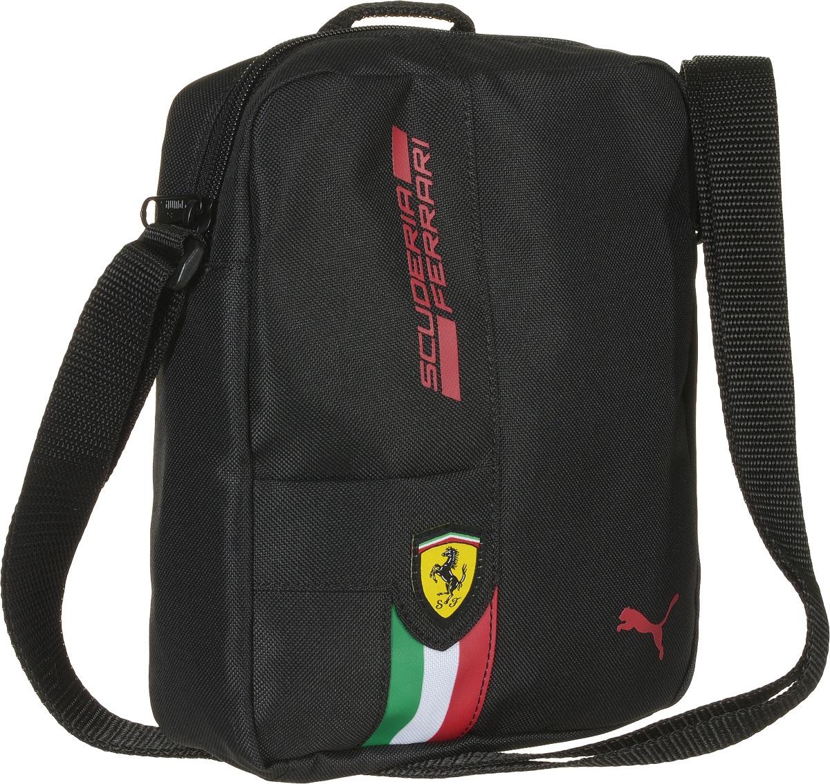 Сумка на плечо Puma Ferrari Fanwear Portable, цвет: черный. 0742750207427502Сумка от Puma серии Ferrari Fanwear Portable выполнена из текстиля. Модель декорирована фирменной символикой Puma на металлических язычках застежек-молний, тканой эмблемой Ferrari спереди, набивным логотипом гоночной команды Ferrari контрастного цвета спереди, набивным изображением итальянского флага спереди и, кроме того, набивным логотипом Puma, который также нанесен на переднюю часть изделия. Сумка выделяется особой практичностью, имеет главное отделение на молнии, два внутренних накладных кармана, функциональную подкладку из полиэстера с изнанкой из полиуретана, ручку для переноски и лямку через плечо регулируемой длины из лямочной ленты. Сумка украшена пластиковой фурнитурой Duraflex. Сумка Ferrari Fanwear Portable - городская функциональная сумка, которая станет удобным и эргономичным аксессуаром для современного жителя мегаполиса, предпочитающего активный образ жизни и любящего спорт. Станьте частью легендарной семьи Scuderia Ferrari, ощутите комфорт вместе с этой...