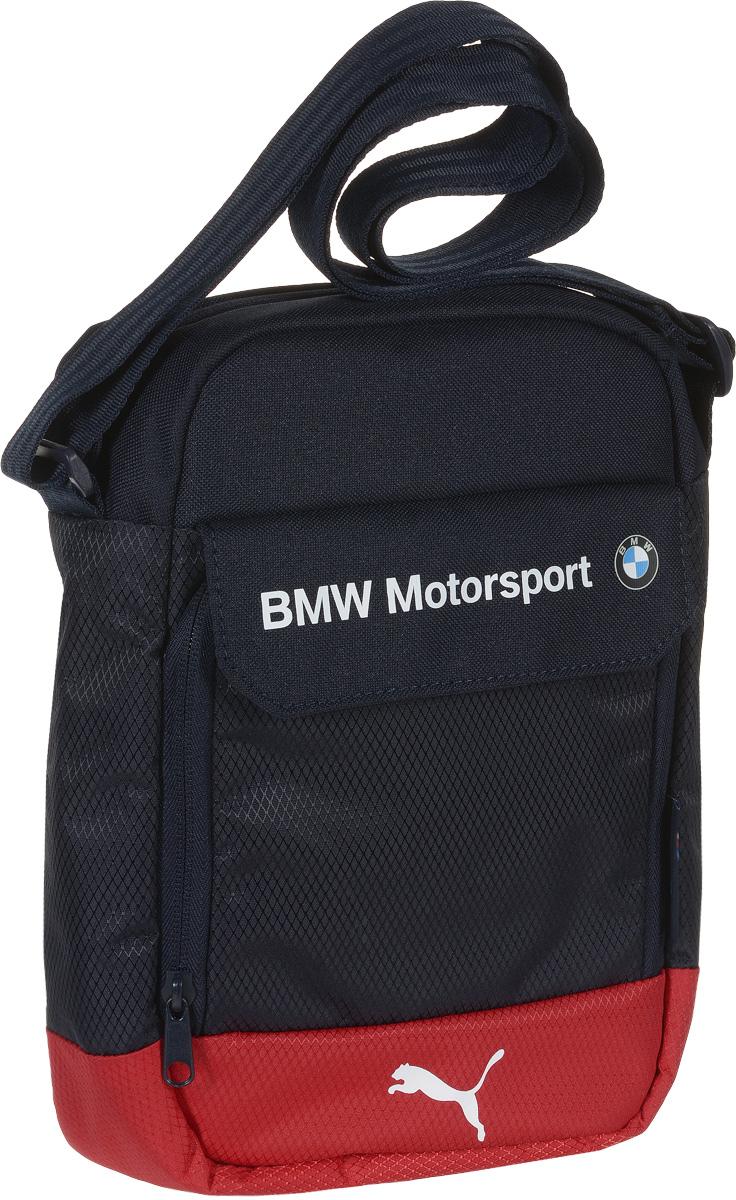 Сумка Puma BMW Motorsport Portable, цвет: синий. 0742710207427102Сумка от Puma линии BMW Motorsport Portable имеет главное отделение на молнии, внутреннее отделение с мягкой подкладкой для надежной защиты помещаемых в него электронных устройств (планшетов, смартфонов и пр.), отделение спереди на молнии под клапаном на «липучке», внутренние накладные карманы, функциональную подкладку из полиэстера с изнанкой из полиуретана и лямку через плечо регулируемой длины из лямочной ленты. Сумка украшена пластиковой фурнитурой Duraflex. Декоративные элементы также представлены яркими прорезиненными шнурами, продернутыми сквозь язычки застежек-молний, набивной надписью BMW и набивной эмблемой BMW спереди, тканым ярлыком сбоку с текстом powered by M и набивным логотипом Puma спереди. Основанный в 1948 году бренд Puma стал выбором многих героев мирового спорта. Дизайн Puma сосредоточен на стиле и функциональности моделей, поэтому коллекции брендовой одежды и обуви сочетают современный стиль с инновационными спортивными технологиями