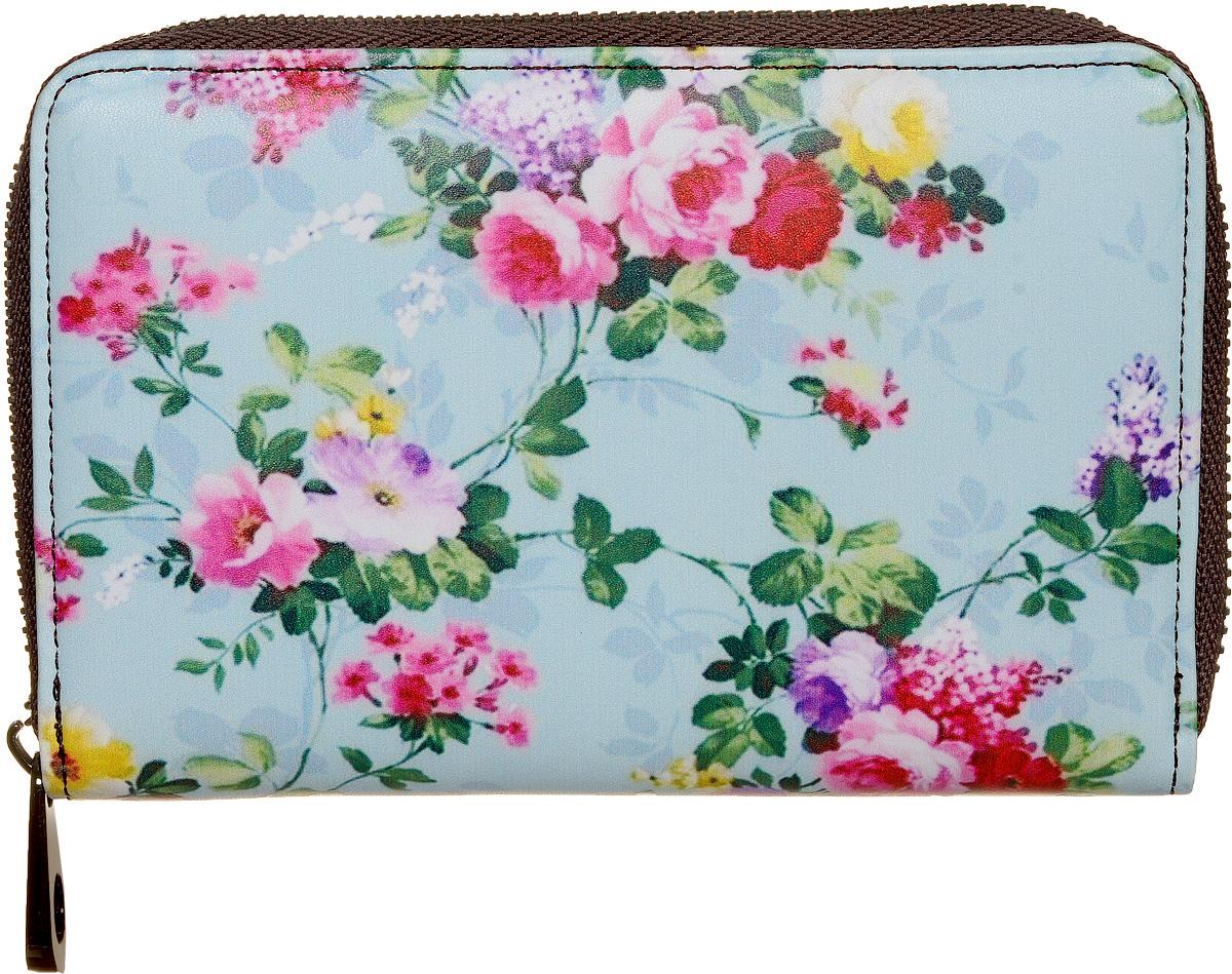 Кошелек женский Kawaii Factory Цветочный, цвет: голубой. KW057-000531KW057-000531Компактный кошелек Цветочный от Kawaii Factory выполнен из натуральной кожи и оформлен ярким цветочным принтом. Изделие имеет два разворота и закрывается на застежку-молнию. Внутри кошелек состоит из одного отделения для купюр, шести карманов для визиток, двух кармашков для чеков и мелких бумаг, двух карманов с окошком из прозрачного пластика и отделения для мелочи, закрывающегося клапаном на кнопку. Кошелек Цветочный от Kawaii Factory компактный, вместительный и удобный. Он отлично смотрится с любым образом и определенно подойдет молодым девушкам, которые любят яркие и оригинальные аксессуары.