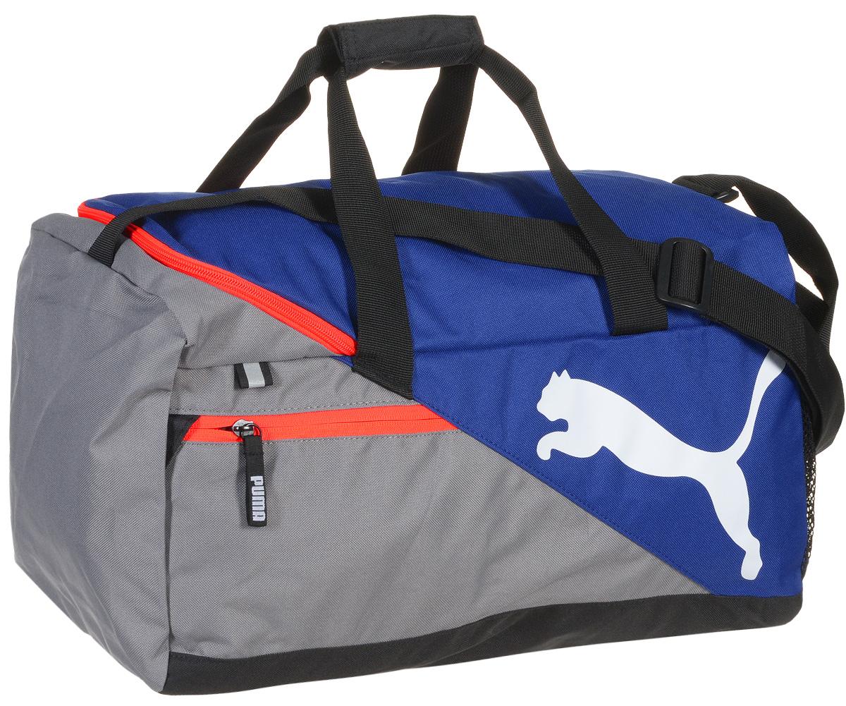 Сумка спортивная мужская Puma Fundamentals Sports Bag S, цвет: синий, серый. 0734990807349908Надежная спортивная сумка от Puma Fundamentals Sports Bag S создана для переноски вашего снаряжения. Вместительная и функциональная, она будет незаменима на тренировках. Изделие оснащено: основным отделением на молнии с двумя бегунками, боковым карманом из сетчатого материала, карманом на молнии спереди, ручками из лямочной тесьмы с возможностью их соединения друг с другом и наплечной лямкой регулируемой длины. Внутренний функционал включает в себя висячий накладной карман внутри главного отделения, подкладку из полиэстера 150D с изнанкой из полиуретана и крепкую подложку дна для защиты вашего снаряжения. Сумка декорирована светоотражающим элементом спереди, металлическими язычками застежек-молний с символикой Puma и логотипом Puma Cat спереди. Основанный в 1948 году бренд Puma стал выбором многих героев мирового спорта. Дизайн Puma сосредоточен на стиле и функциональности моделей, поэтому коллекции брендовой одежды и обуви сочетают современный стиль с...