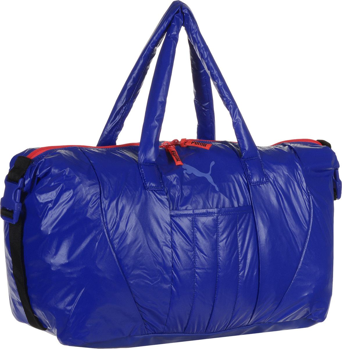 Сумка спортивная женская Puma Fit AT Workout Bag, цвет: синий. 0741330207413302Вместительная сумка Fit AT Workout Bag от Puma - удобный аксессуар для занятий спортом. Модель выполнена из непромокаемого нейлона, декорирована набивным логотипом Puma Cat. Сумка имеет главное отделение на молнии с двумя бегунками, накладной открытый карман спереди, конструкцию с пластиковой пряжкой сбоку для изменения размера и формы сумки, карман на молнии внутри, большой накладной карман из эластичного материала для влажной спортивной экипировки и мягкие ручки для переноски из основного материала изделия. Декоративные элементы представлены тесьмой с символикой Puma, продернутой в язычки застежек-молний. Функциональная подкладка из полиэстера некоторых отделений, водоотталкивающее покрытие нижней части обеспечивают максимум удобства. Сумка очень эргономична, поэтому вы сможете разместить все необходимое для тренировки. Основанный в 1948 году бренд Puma стал выбором многих героев мирового спорта. Дизайн Puma сосредоточен на стиле и функциональности моделей, поэтому...
