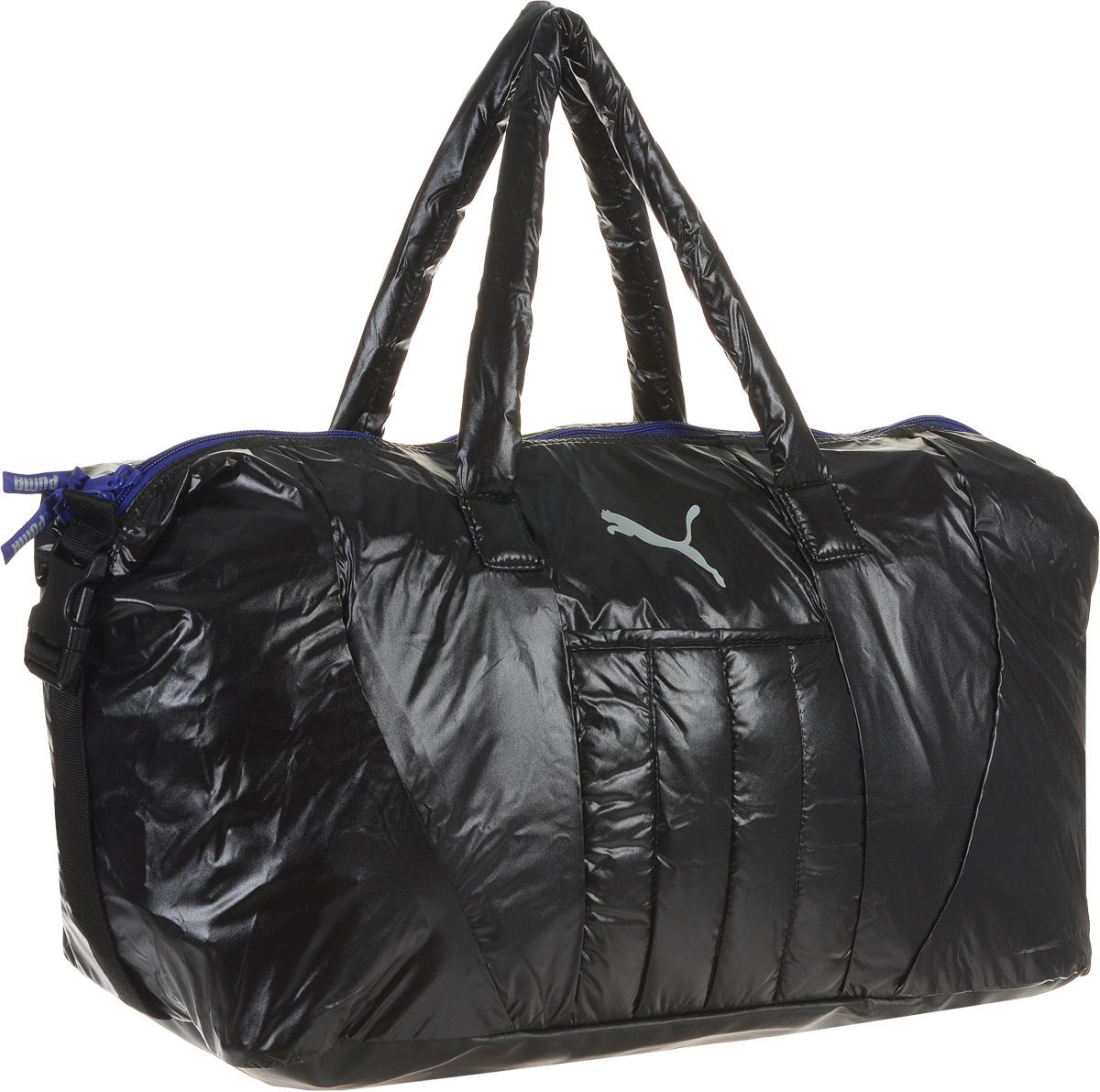 Сумка спортивная женская Puma Fit AT Workout Bag, цвет: черный. 0741330107413301Вместительная сумка Fit AT Workout Bag от Puma - удобный аксессуар для занятий спортом. Модель выполнена из непромокаемого нейлона, декорирована набивным логотипом Puma Cat из светоотражающего материала и цветными язычками застежек-молний с названием бренда. Сумка имеет главное отделение на молнии, открывающейся с двух сторон, накладной карман спереди, конструкцию с пластиковой пряжкой сбоку для изменения размера и формы сумки, карман на молнии внутри, большой накладной карман из эластичного материала для влажной спортивной экипировки и мягкие ручки для переноски из основного материала изделия. Функциональная подкладка из полиэстера некоторых отделений, водоотталкивающее покрытие нижней части обеспечивают максимум удобства. Сумка очень эргономична, поэтому вы сможете разместить все необходимое для тренировки. Основанный в 1948 году бренд Puma стал выбором многих героев мирового спорта. Дизайн Puma сосредоточен на стиле и функциональности моделей, поэтому коллекции...