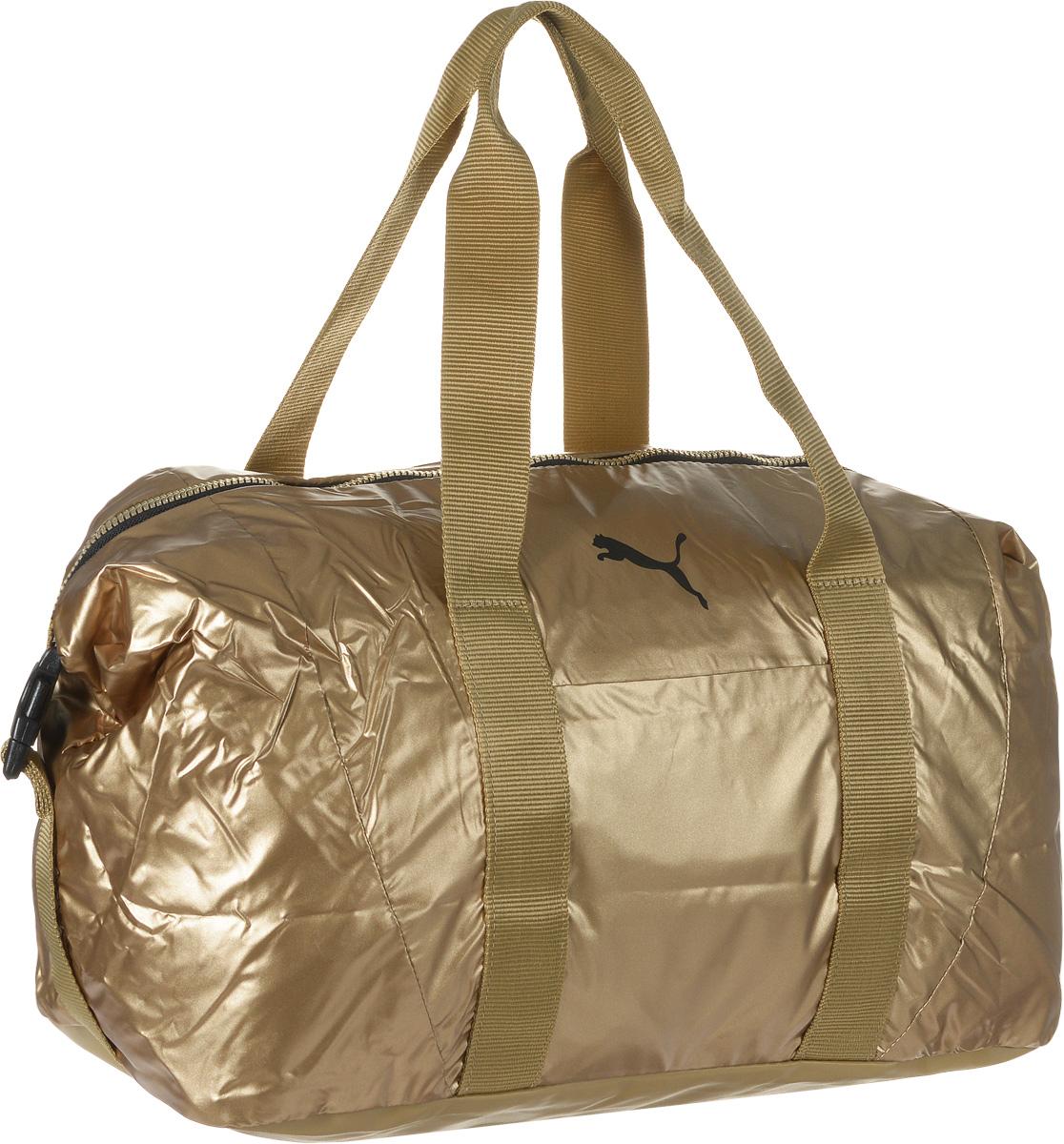 Сумка спортивная женская Puma Fit AT Workout Bag, цвет: золотой. 0741370207413702Вместительная сумка Fit AT Workout Bag от Puma - удобный аксессуар для занятий спортом. Модель выполнена из непромокаемого нейлона, декорирована логотипом Puma Cat и цветными язычками застежек-молний с названием бренда. Сумка имеет главное отделение на молнии с двумя бегунками, накладной карман спереди, конструкцию с пластиковой пряжкой сбоку для изменения размера и формы сумки, карман на молнии и карман на липучке внутри и мягкие ручки для переноски из основного материала изделия. Функциональная подкладка из полиэстера некоторых отделений, водоотталкивающее покрытие нижней части обеспечивают максимум удобства. Сумка очень эргономична, поэтому вы сможете разместить все необходимое для тренировки. Основанный в 1948 году бренд Puma стал выбором многих героев мирового спорта. Дизайн Puma сосредоточен на стиле и функциональности моделей, поэтому коллекции брендовой одежды и обуви сочетают современный стиль с инновационными спортивными технологиями.