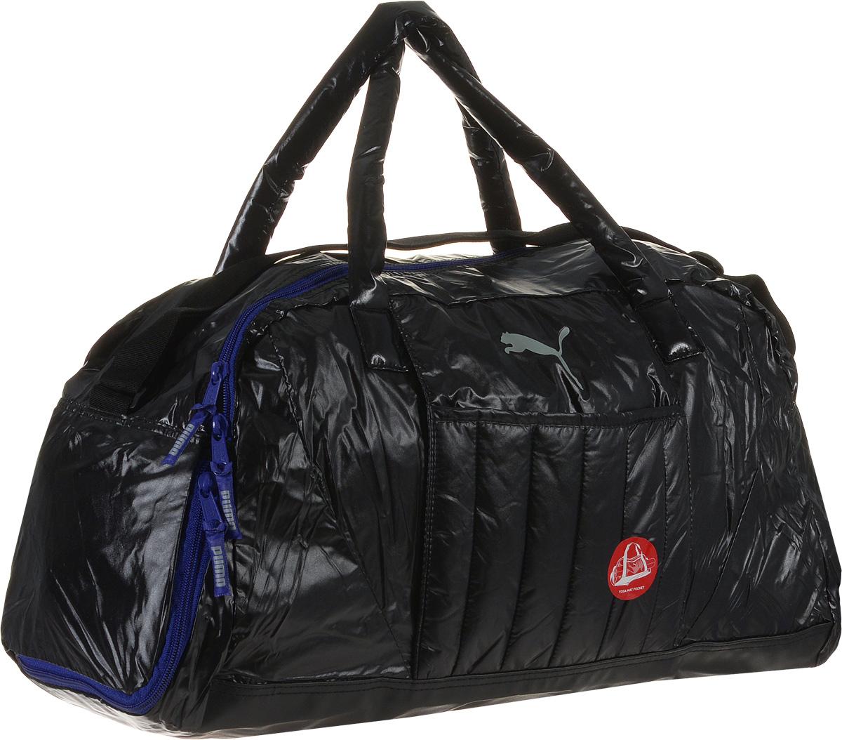 Сумка спортивная женская Puma Fit AT Sports Duffle, цвет: черный. 0741340107413401Универсальная сумка для походов в спортклуб имеет главное отделение на молнии, открывающейся с двух сторон, накладной карман спереди, еще один функциональный накладной карман спереди с горизонтальным входом, в который удобно помещается коврик для занятий йогой и фитнесом, боковое отделение на молнии для сменной обуви, карман на молнии внутри. Мягкие ручки для переноски из основного материала изделия, лямка через плечо регулируемой длины из лямочной ленты с цветной пластиковой фурнитурой, функциональная подкладка из полиэстера некоторых отделений и водоотталкивающее покрытие нижней части обеспечивают максимум удобства. Декоративные элементы представлены тесьмой с символикой Puma, продернутой в язычки застежек-молний, и крупным набивным логотипом Puma спереди.