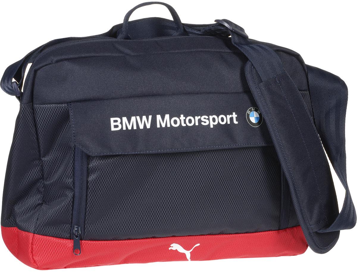 Сумка на плечо Puma BMW Motorsport Messenger Bag, цвет: синий. 0742700207427002Сумка от Puma линии BMW Автоспорт имеет главное отделение на молнии, открывающейся с двух сторон, внутреннее отделение для ноутбука с мягкой подложкой из эластичного материала с застежкой на «липучке», отделение спереди на молнии под клапаном на «липучке», внутренние накладные карманы для электронных устройств, функциональную подкладку из полиэстера с изнанкой из полиуретана и лямку через плечо регулируемой длины из лямочной ленты с удобным наплечником и ручку для переноски из лямочной ленты, которая может складываться пополам. Сумка украшена пластиковой фурнитурой Duraflex. Декоративные элементы также представлены яркими прорезиненными шнурами, продернутыми сквозь язычки застежек-молний, набивной надписью BMW и набивной эмблемой BMW спереди, тканым ярлыком сбоку с текстом powered by M и набивным логотипом Puma спереди. Основанный в 1948 году бренд Puma стал выбором многих героев мирового спорта. Дизайн Puma сосредоточен на стиле и функциональности моделей, поэтому...
