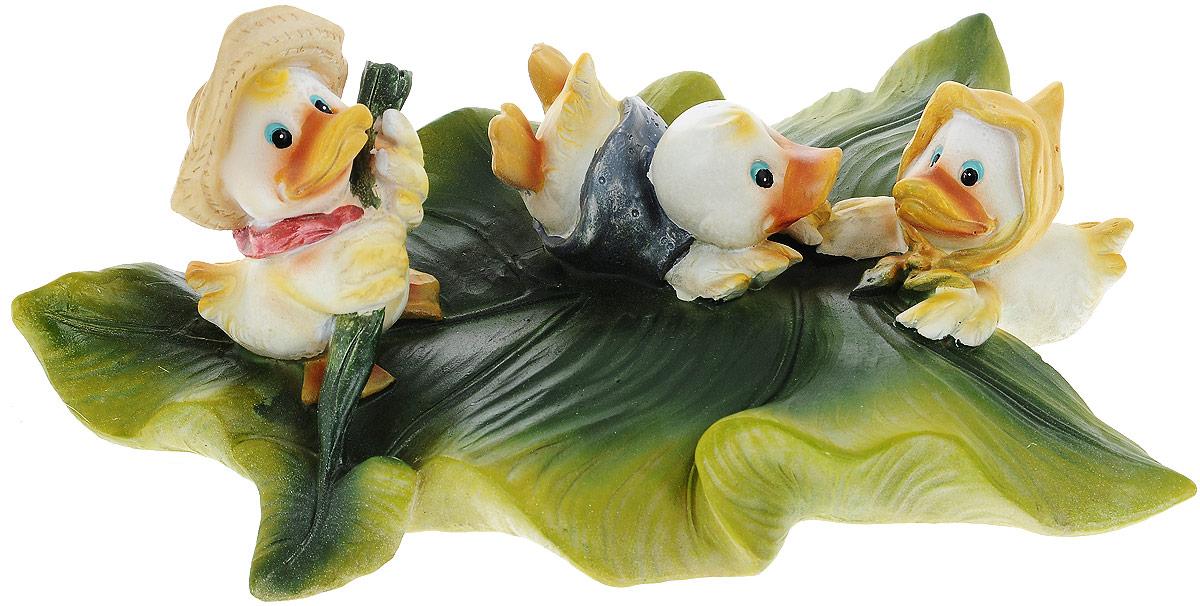 Фигурка плавающая Green Apple Утята 1, 27,6 х 20,6 х 11,7 смGRWD3-19Фигурка плавающая Green Apple Утята изготовлена из полистоуна - это легкий практичный материал, который устойчив к любым погодным условиям, отличается прочностью и практичностью. Фигурка выполнена в виде зеленого листочка с тремя утятами, предназначена для небольших прудов на садовых и коттеджных участках. Послужит прекрасным декоративным украшением.