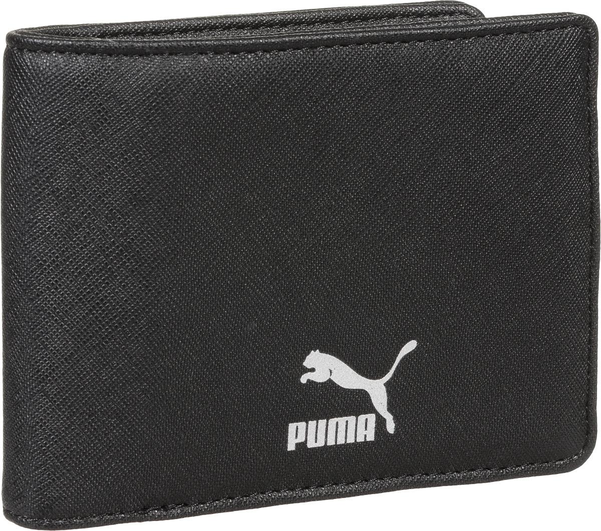 Бумажник Puma Originals Billfold Wallet, цвет: черный. 0743710107437101Бумажник имеет несколько отделений для банкнот и кредитных карт, функциональную подкладку из полиэстера с тематическим набивным рисунком по всех поверхности, тисненый логотип Puma внутри и металлический серебристый логотип Puma спереди.