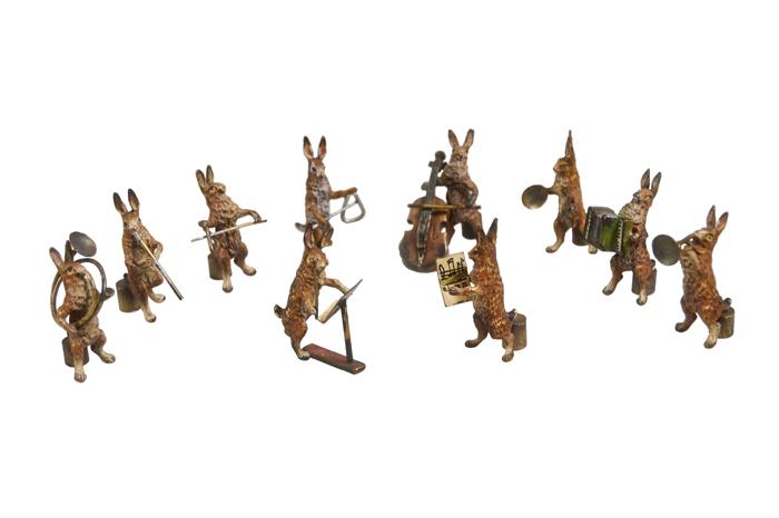 Комплект из 10 миниатюрных статуэток Капелла (10 зайцев). Венская бронза. Австрия, начало XX векаПБ ДПА 16082016-6Комплект из 10 миниатюрных статуэток Капелла (10 зайцев). Венская бронза. Австрия, начало XX века. Размеры фигурки от 4,2 см до 4,5 см. Сохранность очень хорошая. Клейма на контрабасе с оборотной стороны - W&M и M:H.