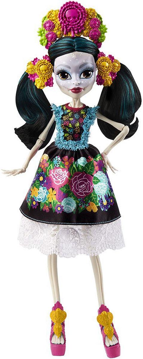 Monster High Кукла Скелита КалаверасDPH48Очередная героиня Монстер Хай - это эпатажная Скелита Калаверас, которая родилась в семье скелетов в далекой Мексике. Она очень гордится своими корнями и старается не терять связь с родными. Каждая юная девушка хочет быть стильной. Скелита старается сочетать в своей одежде черты современности и ее мексиканского прошлого. Друзья считают, что девочка помешана на вечеринках, а героиня не отрицает, что веселье и шумные тусовки уже давно стали ее второй стихией (после родной Мексики). Нередко она чувствует скорое наступление чего-то грандиозного, но не может сказать, когда это событие случится. Все тело куклы состоит из костей, что нормально для девочки-скелета. На лице Скелиты присутствует интересный узор. Эта героиня Школы Монстров утверждает, что она сама создает рисунки на лице. Особое внимание в создании художественных шедевров на своем теле она уделяет губам и глазам. Волосы у девочки черные с бирюзовыми прядями. На кукле темное сложное платье, состоящее из двух композиций -...