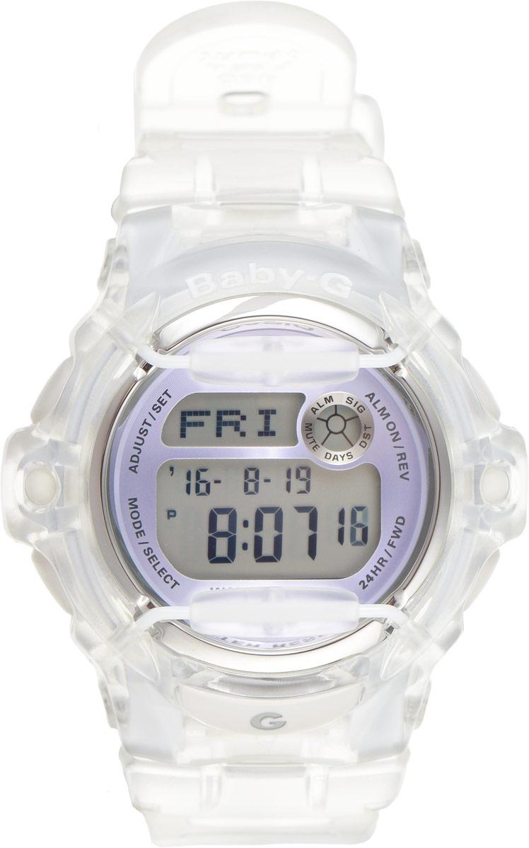 Часы наручные женские Casio G-Shock, цвет: прозрачный, сиреневый. BG-169R-7EBG-169R-7EОригинальные женские наручные часы Baby-G в корпусе из прозрачного пластика с ярким циферблатом и безельными протекторами будут пользоваться популярностью среди девушек, ведущих активный образ жизни. Ударопрочная конструкция защищает механизм от ударов и вибрации. Изделие защищено от магнитных полей. Корпус выполнен из высококачественного пластика и оснащен минеральным стеклом, устойчивым к возникновению царапин. Резиновый ремешок имеет надежную классическую застежку. Часы оснащены кварцевым механизмом с цифровой индикацией на жидкокристаллическом дисплее и имеют степень водозащиты равную 200WR, что отлично подходит для ныряния и погружения под воду с аквалангом. Помимо этого стоит отметить электролюминисцентную подсветку, обеспечивающую равномерное освещение всего циферблата, облегчая считывание данных. Она характеризуется наличием функции задержки отключения, благодаря которой подсветка горит еще несколько секунд после отпускания кнопки...