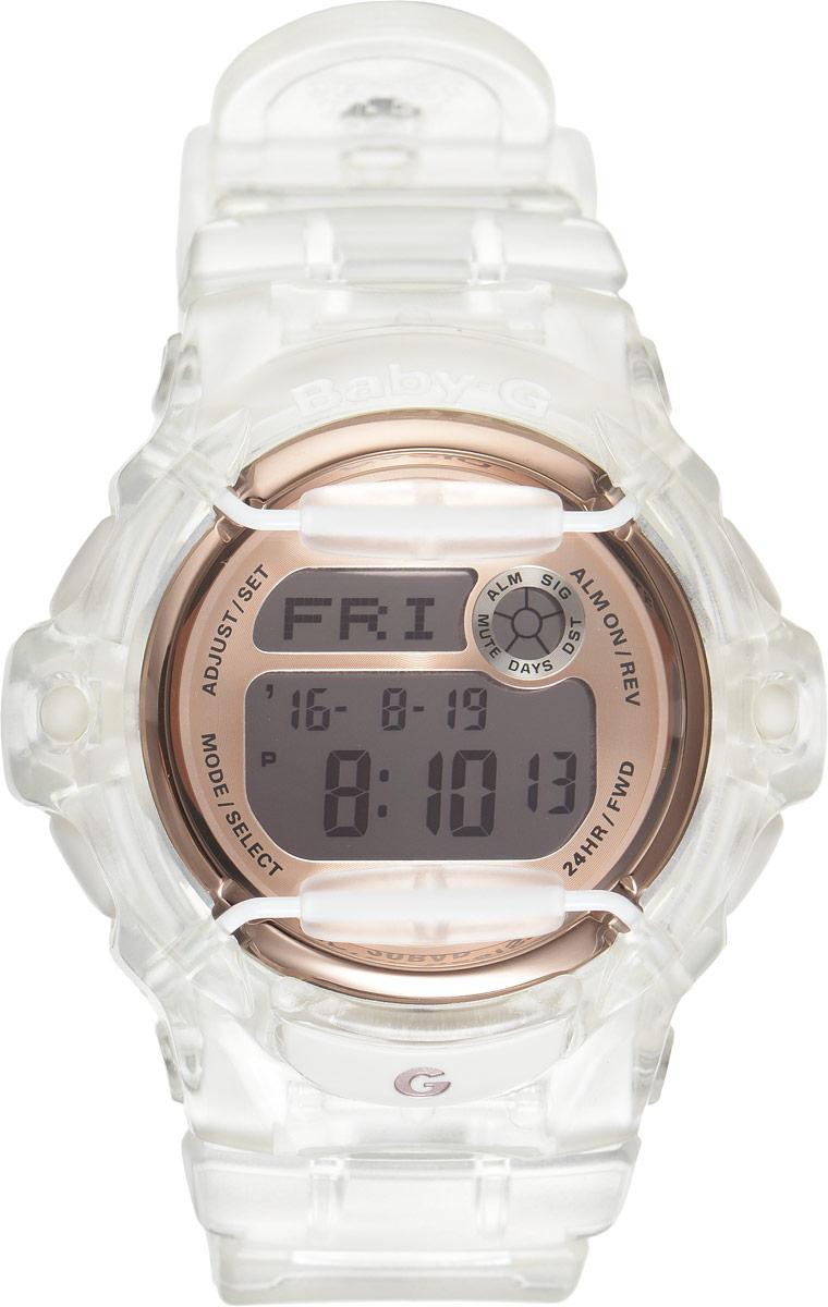Часы наручные женские Casio G-Shock, цвет: прозрачный, медный. BG-169G-7BBG-169G-7BОригинальные женские наручные часы Baby-G в корпусе из прозрачного пластика с ярким циферблатом и безельными протекторами будут пользоваться популярностью среди девушек, ведущих активный образ жизни. Ударопрочная конструкция защищает механизм от ударов и вибрации. Изделие защищено от магнитных полей. Корпус выполнен из высококачественного пластика и оснащен минеральным стеклом, устойчивым к возникновению царапин. Резиновый ремешок имеет надежную классическую застежку. Часы оснащены кварцевым механизмом с цифровой индикацией на жидкокристаллическом дисплее и имеют степень водозащиты равную 200WR, что отлично подходит для ныряния и погружения под воду с аквалангом. Помимо этого стоит отметить электролюминисцентную подсветку, обеспечивающую равномерное освещение всего циферблата, облегчая считывание данных. Она характеризуется наличием функции задержки отключения, благодаря которой подсветка горит еще несколько секунд после отпускания кнопки освещения. ...