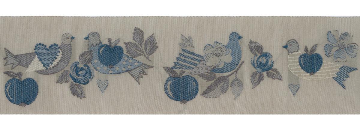 Тесьма декоративная Яблоки и голуби, цвет: серый, синий, 1 м х 50 мм. 35066-0235066-02Изысканная декоративная тесьма Яблоки и голуби выполнена из высококачественного 100% полиэстера. На ленте изображены голуби, яблоки, сердца, цветы и листья. Рисунок выполнен из 100% хлопка. Тесьма Acufactum ткется на старинных станках с использованием перфокарт, которые изготавливаются для каждого вида тесьмы с тончайшей проработкой самых мелких деталей. Это достаточно долгий и трудоемкий процесс, но результат того стоит! Тесьма наивысшего уровня качества, которая очень практична в использовании т.к. выдерживает стирку при температуре 60 градусов. А изобилие дизайнов просто потрясает!