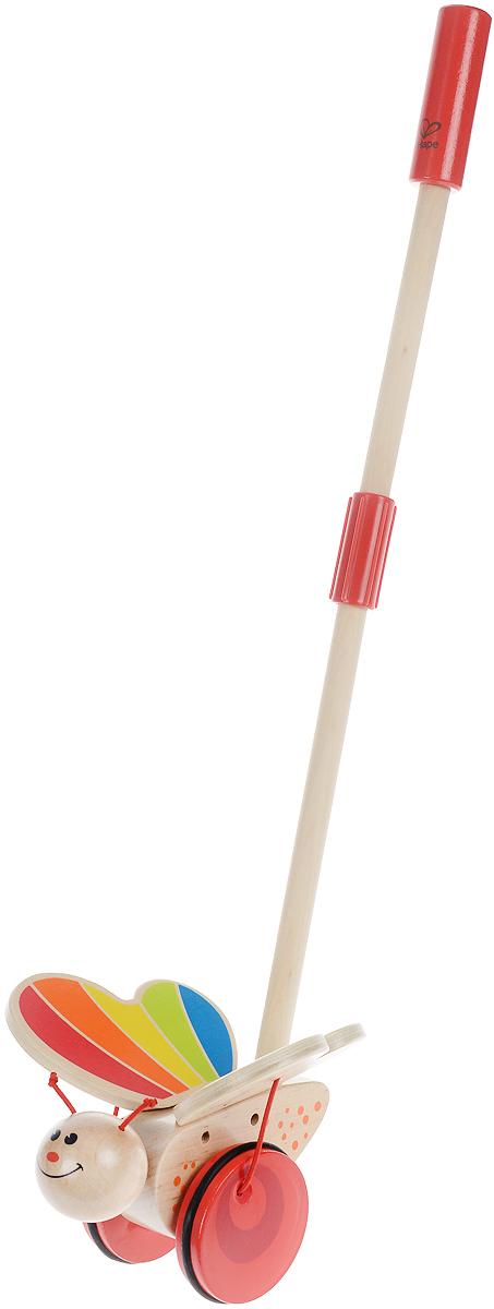 Hape Игрушка-каталка БабочкаЕ0340Игрушка-каталка Hape Бабочка побуждает малыша к длительным прогулкам, ведь ему так нравится наблюдать за бабочкой, которая машет крыльями во время движения. Каталка оснащена удобной длинной ручкой, которую легко удерживать в руке. Важной особенностью является наличие резиновых вставок на колесах, что позволит играть дома, не повредив напольное покрытие. Игрушка способствует физическому и эмоциональному развитию ребенка, стимулирует малыша больше ходить, развивает когнитивные навыки и координацию движений. Все элементы изготовлены из качественных экологичных материалов, безопасных для здоровья ребенка.