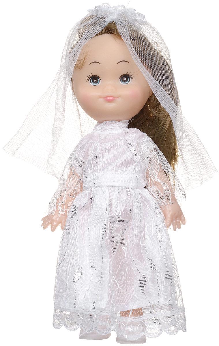 Shantou Мини-кукла Крошка Сью брюнеткаG183-H43024_брюнеткаМини-кукла Shantou Крошка Сью одета в длинное белоснежное платье, на ногах у нее белые туфельки. Дополнением к образу служит фата. Длинные волосы куклы можно расчесывать и заплетать из них различные прически. У куколки большие синие глаза и румяные щечки. Одежда у куклы съемная, руки, ноги и голова куклы подвижные. Куклы, пожалуй, самые популярные игрушки в мире. Девочки обожают играть с ними, отправляясь в сказочную страну грез. Порадуйте свою малышку таким великолепным подарком!