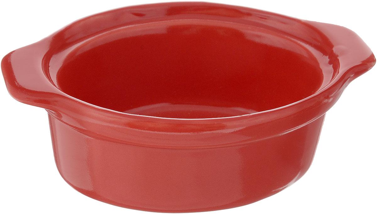 Форма для запекания Calve, овальная, цвет: красный, 13,5 х 9,5 см14-258_красныйНи для кого не секрет, что у настоящей хозяйки красивая посуда не только та, в которой она подает свои блюда, но и та, в которой она готовит. Форма для запекания Calve выполнена из жаропрочной керамики и оснащена ручками. Керамическая форма для запекания имеет целый ряд преимуществ: ее можно использовать в духовке, конвекционной и микроволновой печи, однако ее нельзя ставить на открытый огонь. Во время процесса приготовления посуда из керамики впитывает лишнюю влагу из продукта и хранит тепло. Такая форма подойдет для хранения блюда в холодильнике и морозильной камере. Продукты из холодильника в ней будут оставаться холодными еще долго - это связано с медленной теплоотдачей глины. Приятный глазу дизайн и отменное качество формы будут долго радовать вас, а угощения, приготовленные в этом блюде - ваших гостей. Размер формы (без учета ручек): 9,5 х 7,5 см. Размер формы (с учетом ручек): 13,5 х 9,5 см. Высота формы: 4,5 см....