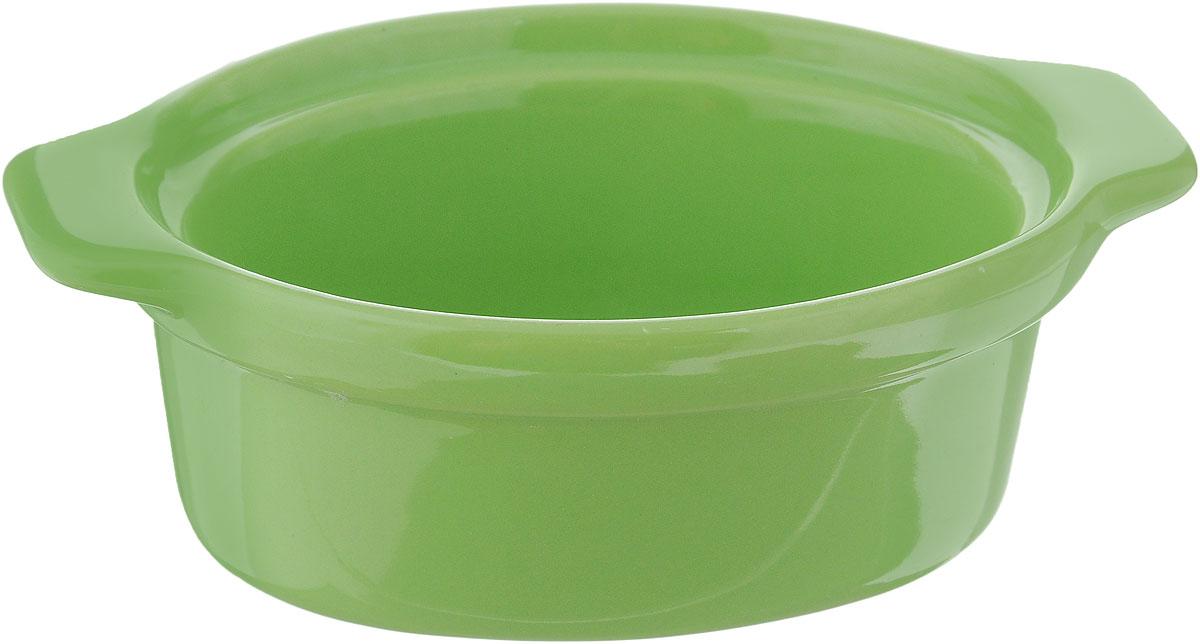 Форма для запекания Calve, овальная, цвет: зеленый, 13,5 х 9,5 см14-258_зеленыйНи для кого не секрет, что у настоящей хозяйки красивая посуда не только та, в которой она подает свои блюда, но и та, в которой она готовит. Форма для запекания Calve выполнена из жаропрочной керамики и оснащена ручками. Керамическая форма для запекания имеет целый ряд преимуществ: ее можно использовать в духовке, конвекционной и микроволновой печи, однако ее нельзя ставить на открытый огонь. Во время процесса приготовления посуда из керамики впитывает лишнюю влагу из продукта и хранит тепло. Такая форма подойдет для хранения блюда в холодильнике и морозильной камере. Продукты из холодильника в ней будут оставаться холодными еще долго - это связано с медленной теплоотдачей глины. Приятный глазу дизайн и отменное качество формы будут долго радовать вас, а угощения, приготовленные в этом блюде - ваших гостей. Размер формы (без учета ручек): 9,5 х 7,5 см. Размер формы (с учетом ручек): 13,5 х 9,5 см. Высота формы: 4,5 см....