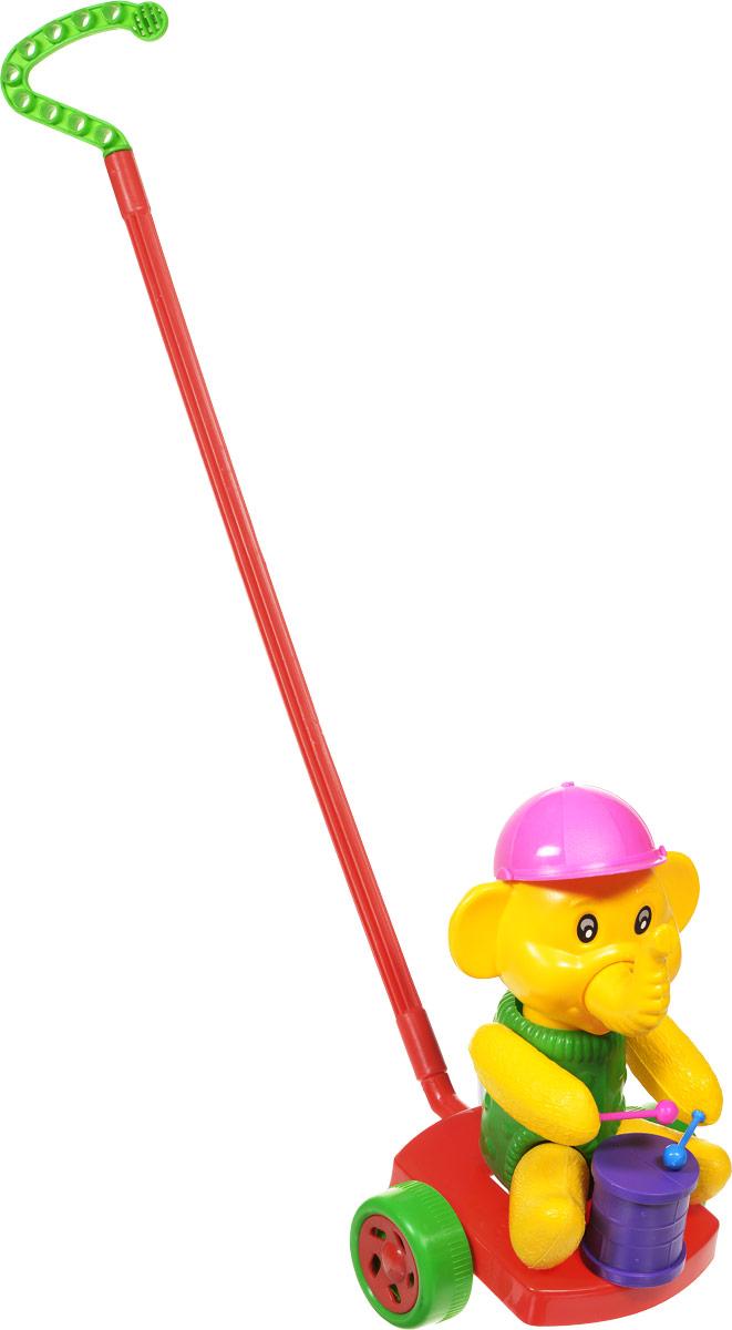 Wieslaw Suchanek Игрушка-каталка Слоник с барабаном цвет красный зеленый желтыйП-0275_красный, зеленый, желтыйЗабавная игрушка-каталка Wieslaw Suchanek Слоник с барабаном станет любимой игрушкой вашего малыша. Каталка представляет собой слоника с барабаном, сидящего на пластиковом основании с колесами, к которому крепится ручка-держатель. При вращении колес слоник вращает головой и стучит барабанными палочками по барабану. Хобот слоника и кепка поворачиваются. Порадуйте своего ребенка таким замечательным подарком!