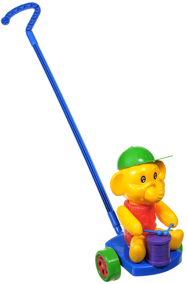 Wieslaw Suchanek Игрушка-каталка Слоник с барабаном цвет синий красный желтыйП-0275Забавная игрушка-каталка Wieslaw Suchanek Слоник с барабаном станет любимой игрушкой вашего малыша. Каталка представляет собой слоника с барабаном, сидящего на пластиковом основании с колесами, к которому крепится ручка-держатель. При вращении колес слоник вращает головой и стучит барабанными палочками по барабану. Хобот слоника и кепка поворачиваются. Порадуйте своего ребенка таким замечательным подарком!