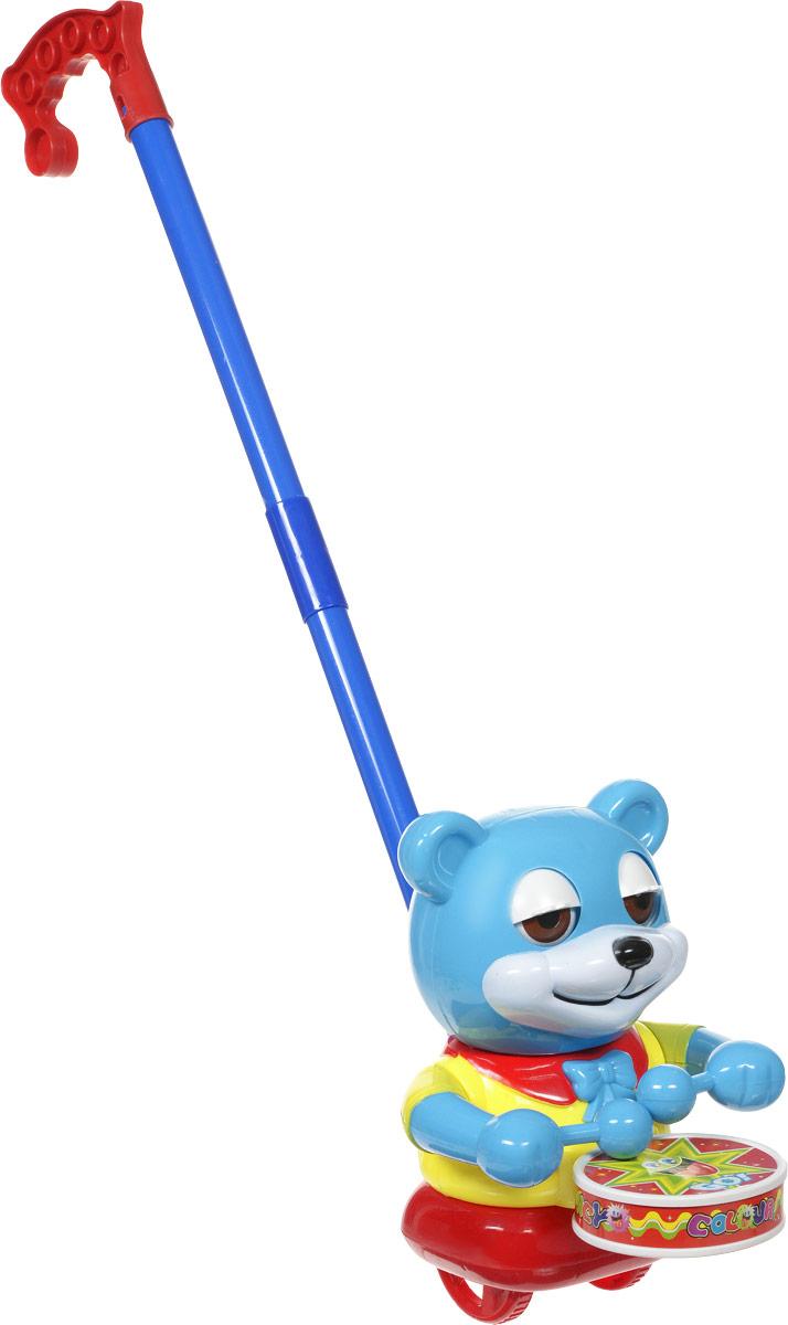 Ami&Co Игрушка-каталка Мишка цвет голубой синий44417_голубой/желтыйЗабавная игрушка-каталка Ami&Co Мишка станет любимой игрушкой вашего малыша. Каталка выполнена в виде мишки, который при движении стучит по барабану, открывая и прикрывая глазки. Детская каталка предназначена для малышей, которые уже начали ходить самостоятельно. Яркие, забавные образы принесут радость и веселье во время игр. Игрушка поможет развить координацию движения, тактильные навыки и мелкую моторику рук ребенка, а издаваемые ею звуки активно стимулируют его слух. Порадуйте своего ребенка таким замечательным подарком!