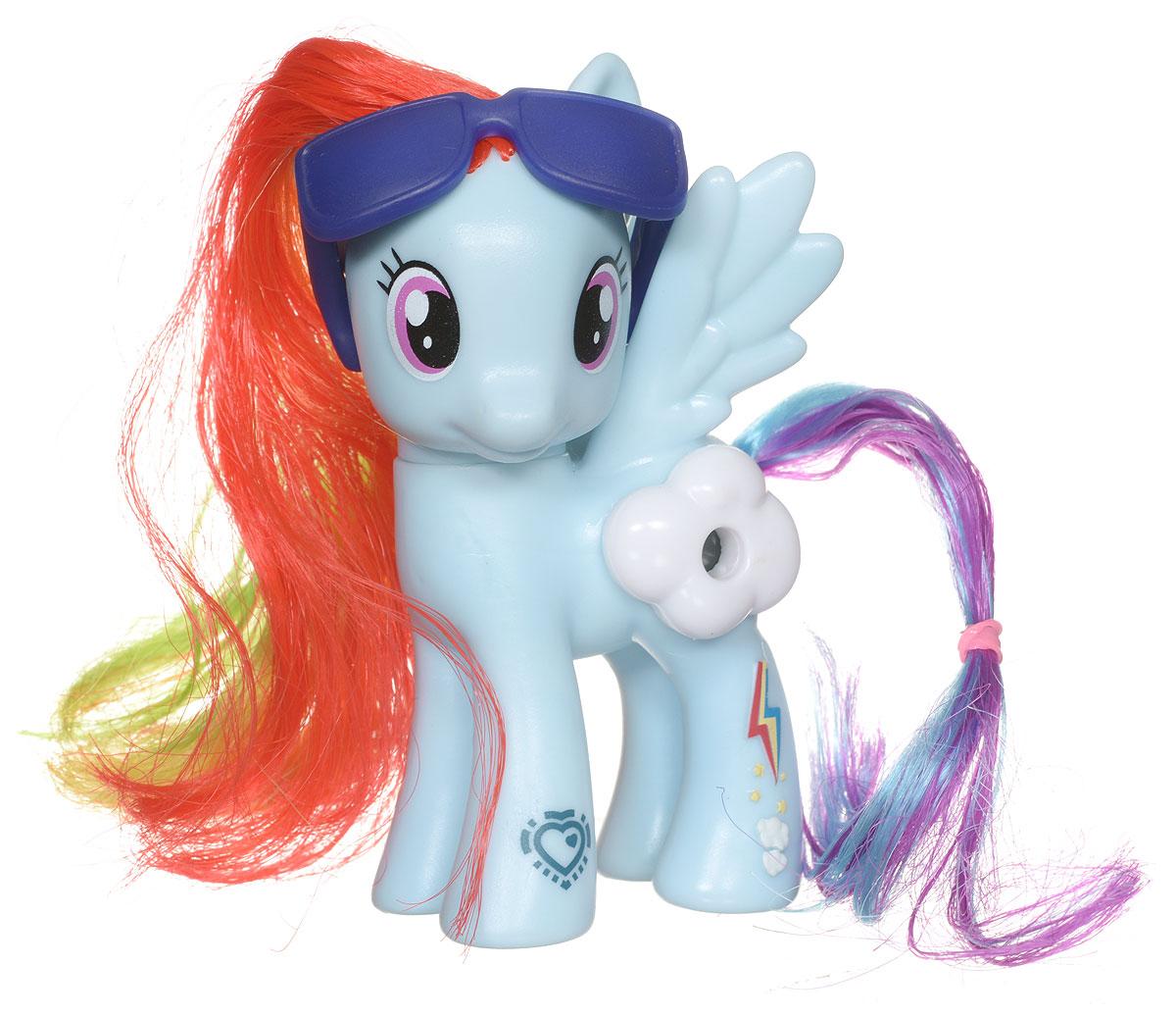 My Little Pony Фигурка Пони Rainbow Dash с волшебной картинкойB5361EU4_B7267My Little Pony Фигурка Пони Rainbow Dash порадует любую девочку! Каждая малышка пони неповторима и отмечена уникальными символами, расположенными на ее ножках. Отличительный знак появляется на пони, когда она понимает, что чем-то отличается от остальных. Голова фигурки поворачивается. Гриву и хвост пони малышка сможет расчесывать и создавать различные прически. В боку пони встроен маленький глазок, посмотрев в который, девочка увидит красивую картинку. В комплект с фигуркой также входят стильные очки. Игры с такой игрушкой способствуют развитию у ребенка фантазии и любознательности, помогут овладеть навыками общения, воспитают чувство ответственности и заботы. Благодаря маленькому размеру фигурки малышка сможет взять ее с собой на прогулку или в гости.