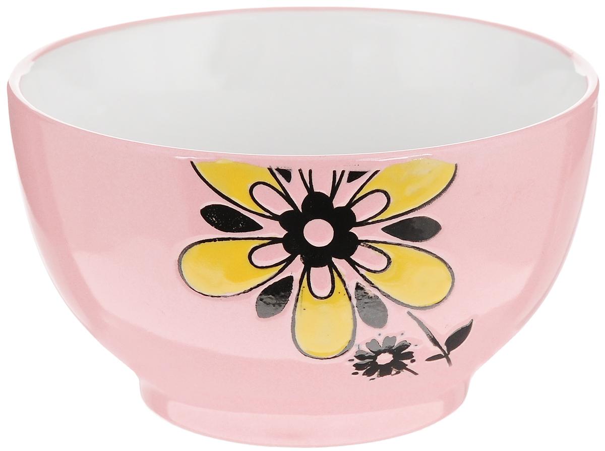 Салатница Wing Star Цветок, цвет: розовый, диаметр 14 смLJ10-D1120B_розовыйСалатница Wing Star Цветок изготовлена из высококачественной керамики, а внешняя стенка украшена изображениями цветов. Wing Star - качественная керамическая посуда из обожженной, глазурованной снаружи и изнутри глины с оригинальными рисунками. При изготовлении данной посуды широко используется рельефный способ нанесения декора, когда рельефная поверхность подготавливается в процессе формовки и изделие обрабатывается с уже готовым декором. Благодаря этому достигается эффект неровного на ощупь рисунка, как бы утопленного внутрь глазури и являющегося его естественным элементом. Яркая салатница станет украшением вашего стола и прекрасно подойдет для использования, как дома, так и на даче или пикниках. Можно использовать в микроволновой печи и посудомоечной машине. Диаметр салатницы (по верхнему краю): 14 см. Высота стенки: 8 см.
