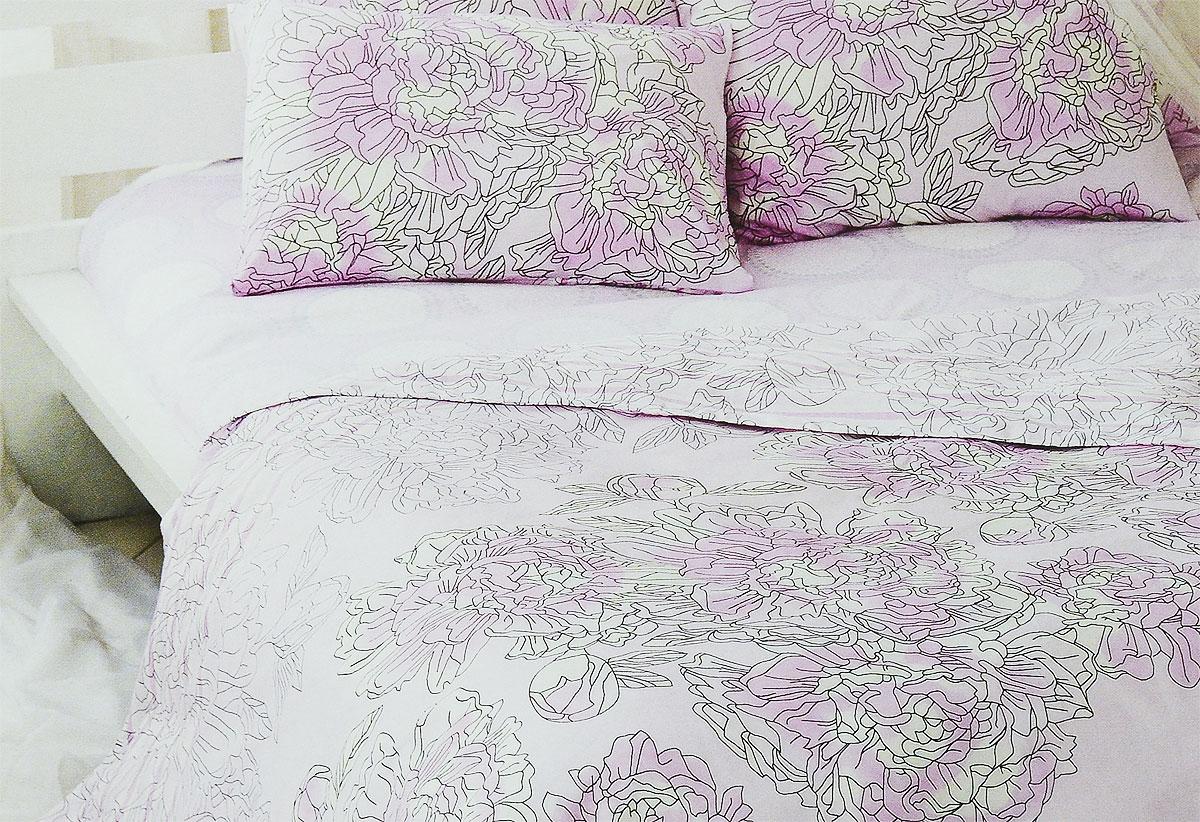 Комплект белья Tiffanys Secret Аромат нежности, 2-спальный, наволочки 70х70, цвет: розовый, белый, серый2040815173Комплект постельного белья Tiffanys Secret Аромат нежности является экологически безопасным для всей семьи, так как выполнен из сатина (100% хлопок). Комплект состоит из пододеяльника, простыни и двух наволочек. Предметы комплекта оформлены оригинальным рисунком. Благодаря такому комплекту постельного белья вы сможете создать атмосферу уюта и комфорта в вашей спальне. Сатин - это ткань, навсегда покорившая сердца человечества. Ценившие роскошь персы называли ее атлас, а искушенные в прекрасном французы - сатин. Секрет высококачественного сатина в безупречности всего технологического процесса. Эту благородную ткань делают только из отборной натуральной пряжи, которую получают из самого лучшего тонковолокнистого хлопка. Благодаря использованию самой тонкой хлопковой нити получается необычайно мягкое и нежное полотно. Сатиновое постельное белье превращает жаркие летние ночи в прохладные и освежающие, а холодные зимние - в теплые и ...