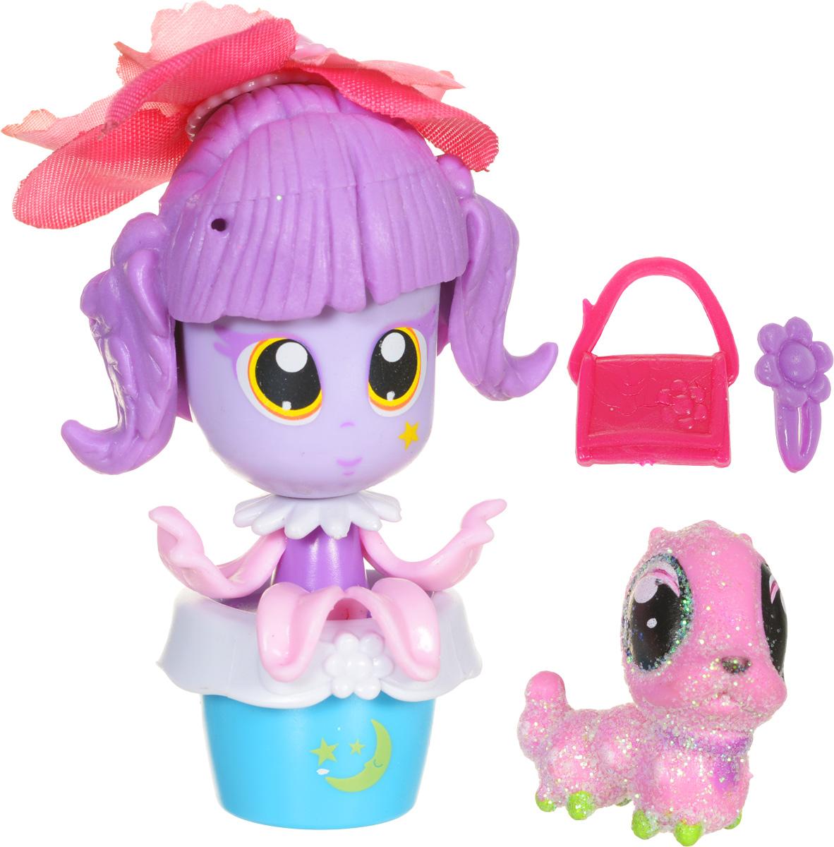 Daisy Мини-кукла Цветочек с питомцем цвет розовый сиреневый29514_розовый, сиреневыйМини-куклы Daisy Цветочки - это разноцветные разборные игрушки, которые могут меняться между собой прическами, цветочными шляпками и аксессуарами. Игрушка выполнена в виде куколки в цветочном горшочке. У куколки огромные нарисованные глазки, ручки-лепестки и сиреневые волосы. Прическа куколки украшена съемной текстильной шляпкой в виде цветка. Дополняют модный образ куколки розовая сумочка и украшение для волос. В комплекте с куколкой имеется питомец - блестящая розовая гусеничка. Можно выбрать комплект кукол с аксессуарами, со сказочным питомцем, или даже c домом-лейкой и мини-мебелью (каждый продается отдельно). Куколки-цветочки можно наряжать, меняя их образы, брать с собой в дорогу или в гости! Соберите коллекцию и подружите куколок между собой! Мини-кукла Daisy Цветочек ароматизированная.