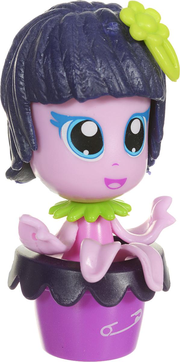 Daisy Мини-кукла Цветочек цвет фиолетовый розовый29519_фиолетовый, розовыйМини-куклы Daisy Цветочки - это разноцветные разборные игрушки, которые могут меняться между собой прическами, цветочными шляпками и аксессуарами. Игрушка выполнена в виде куколки в цветочном горшочке. У куколки огромные нарисованные глазки, ручки-лепестки и фиолетовые волосы. Можно выбрать комплект кукол с аксессуарами, со сказочным питомцем, или даже c домом-лейкой и мини-мебелью (каждый продается отдельно). Куколки-цветочки можно наряжать, меняя их образы, брать с собой в дорогу или в гости! Соберите коллекцию и подружите куколок между собой! Мини-кукла Daisy Цветочек ароматизированная.