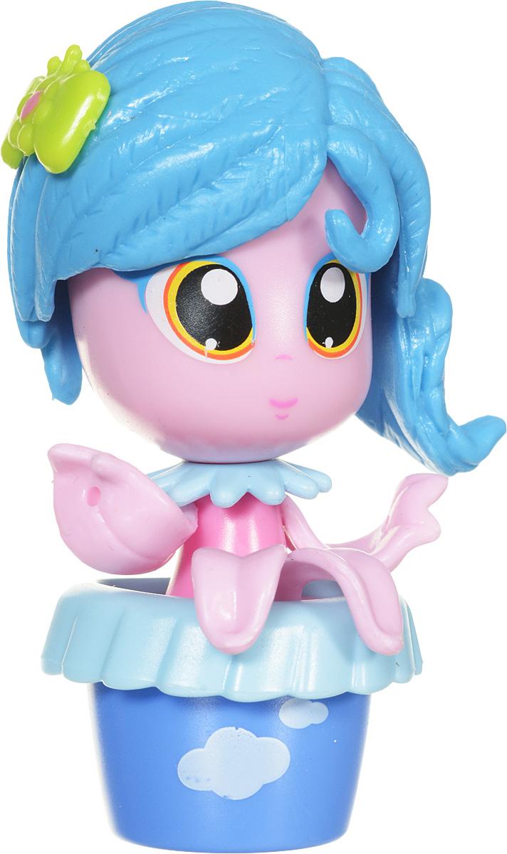 Daisy Мини-кукла Цветочек цвет голубой29520Мини-куклы Daisy Цветочки - это разноцветные разборные игрушки, которые могут меняться между собой прическами, цветочными шляпками и аксессуарами. Игрушка выполнена в виде куколки в цветочном горшочке. У куколки огромные нарисованные глазки, ручки-лепестки и оригинальная голубая прическа. Можно выбрать комплект кукол с аксессуарами, со сказочным питомцем, или даже c домом-лейкой и мини-мебелью (каждый продается отдельно). Куколки-цветочки можно наряжать, меняя их образы, брать с собой в дорогу или в гости! Соберите коллекцию и подружите куколок между собой! Мини-кукла Daisy Цветочек ароматизированная.