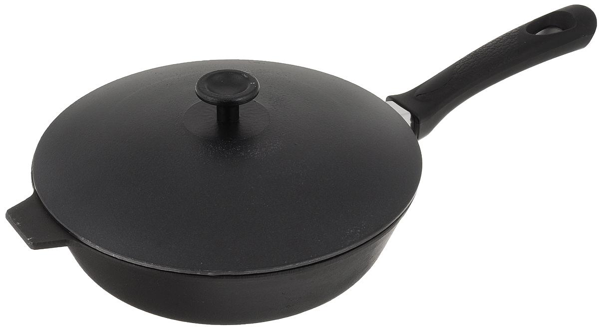 Сковорода чугунная Добрыня с крышкой. Диаметр 24 см. DO-3316DO-3316Сковорода Добрыня изготовлена из натурального, экологически безопасного чугуна. Чугун является одним из лучших материалов для производства посуды. Он очень практичный, не выделяет токсичных веществ, обладает высокой теплоемкостью и способен служить долгие годы. Чугунные сковороды очень прочные и при этом обладают превосходными природными антипригарными свойствами. Они не боятся механических повреждений, царапин или высоких температур, однако тяжелее обычных и не очень любят длительный контакт с водой. Чугун очень долго сохраняет высокую температуру и способствует равномерному прожариванию даже достаточно крупных кусков мяса или птицы. При этом антипригарные свойства чугунной посуды не дают продуктам пригореть и испортить их замечательный вкус. Сковорода имеет длинную пластиковую ручку с рельефной вставкой, а также алюминиевую крышку. Чугунные сковороды были популярными сотни лет и до сих пор остаются такими. Свое качество и уникальные свойства...