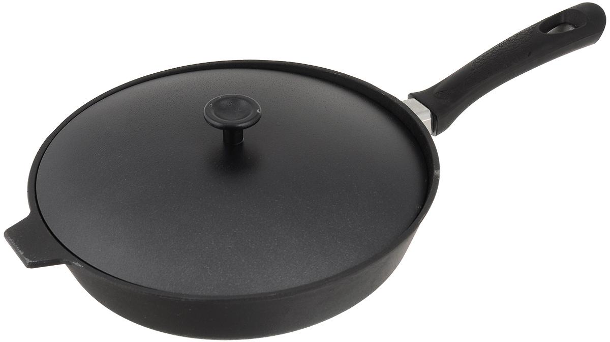Сковорода чугунная Добрыня с крышкой. Диаметр 28 см. DO-3329DO-3329Сковорода Добрыня изготовлена из натурального, экологически безопасного чугуна. Чугун является одним из лучших материалов для производства посуды. Он очень практичный, не выделяет токсичных веществ, обладает высокой теплоемкостью и способен служить долгие годы. Чугунные сковороды очень прочные и при этом обладают превосходными природными антипригарными свойствами. Они не боятся механических повреждений, царапин или высоких температур, однако тяжелее обычных и не очень любят длительный контакт с водой. Чугун очень долго сохраняет высокую температуру и способствует равномерному прожариванию даже достаточно крупных кусков мяса или птицы. При этом антипригарные свойства чугунной посуды не дают продуктам пригореть и испортить их замечательный вкус. Сковорода имеет длинную пластиковую ручку (несъёмную) с рельефной вставкой и алюминиевую крышку. Чугунные сковороды были популярными сотни лет и до сих пор остаются такими. Свое качество и уникальные свойства они подтверждают...