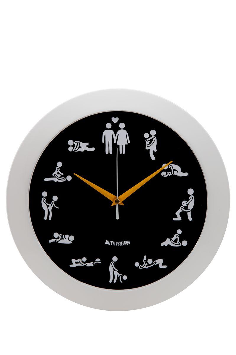 Часы настенные Mitya Veselkov Камасутра на черном, цвет: белый, черный. MVC.NAST-045MVC.NAST-045Настенные часы Mitya Veselkov Камасутра на черном из серии MVC станут отличным украшением вашего дома, офиса или детской комнаты. Часы имеют три стрелки - часовую, минутную и секундную. Часы изготовлены из качественного легкого пластика. Циферблат часов также закрыт пластиком. В случае падения часов со стены, данный материал гораздо безопаснее увесистых стекла и стали. На задней панели часы снабжены удобным отверстием для подвески на стену. Диаметр часов: 30 см. В часах установлен кварцевый механизм.